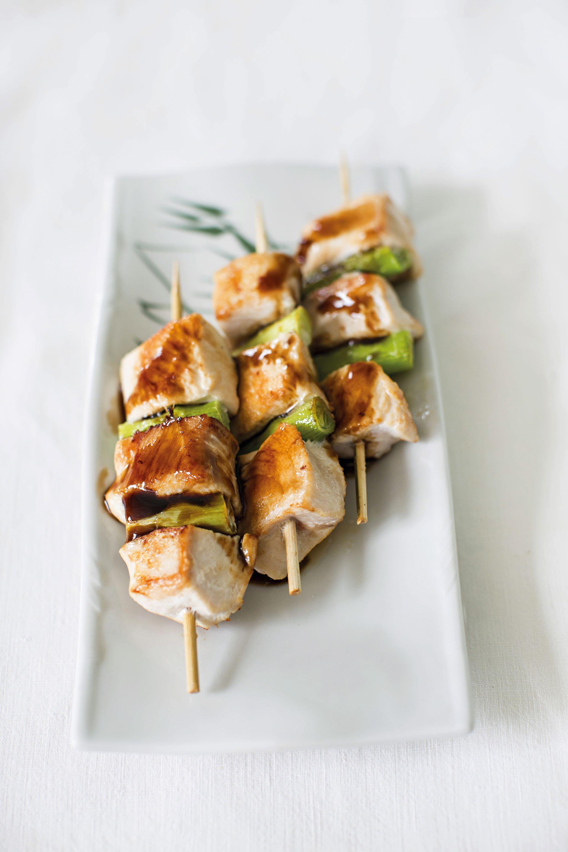 Yakitori. Este plato final se puede espolvorear con togarashi y acompañarse con arroz blanco.