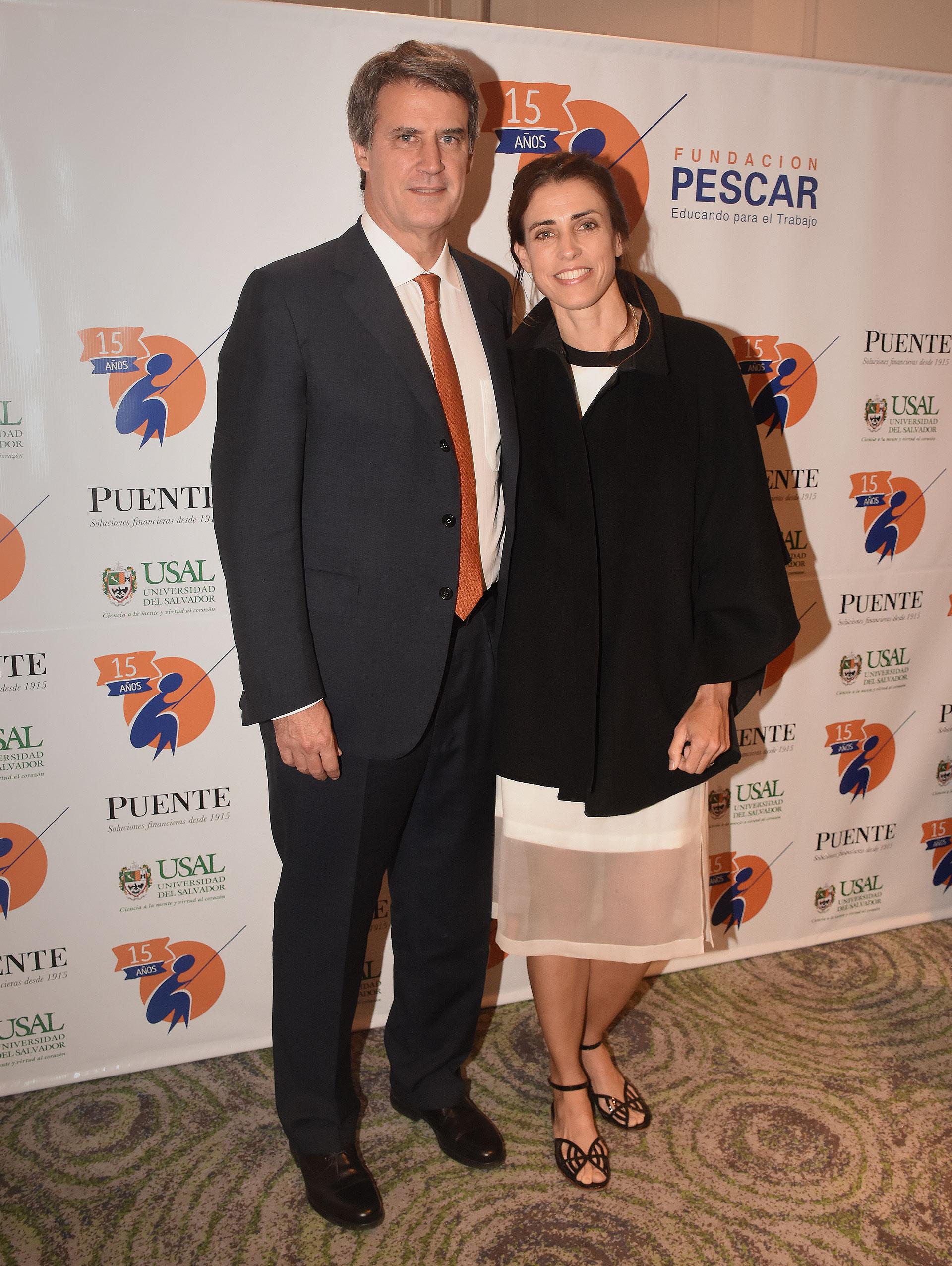 El ex ministro de Hacienda y Finanzas, Alfonso Prat-Gay, y su pareja Delfina Rodríguez, en la cena de recaudación de la Fundación Pescar
