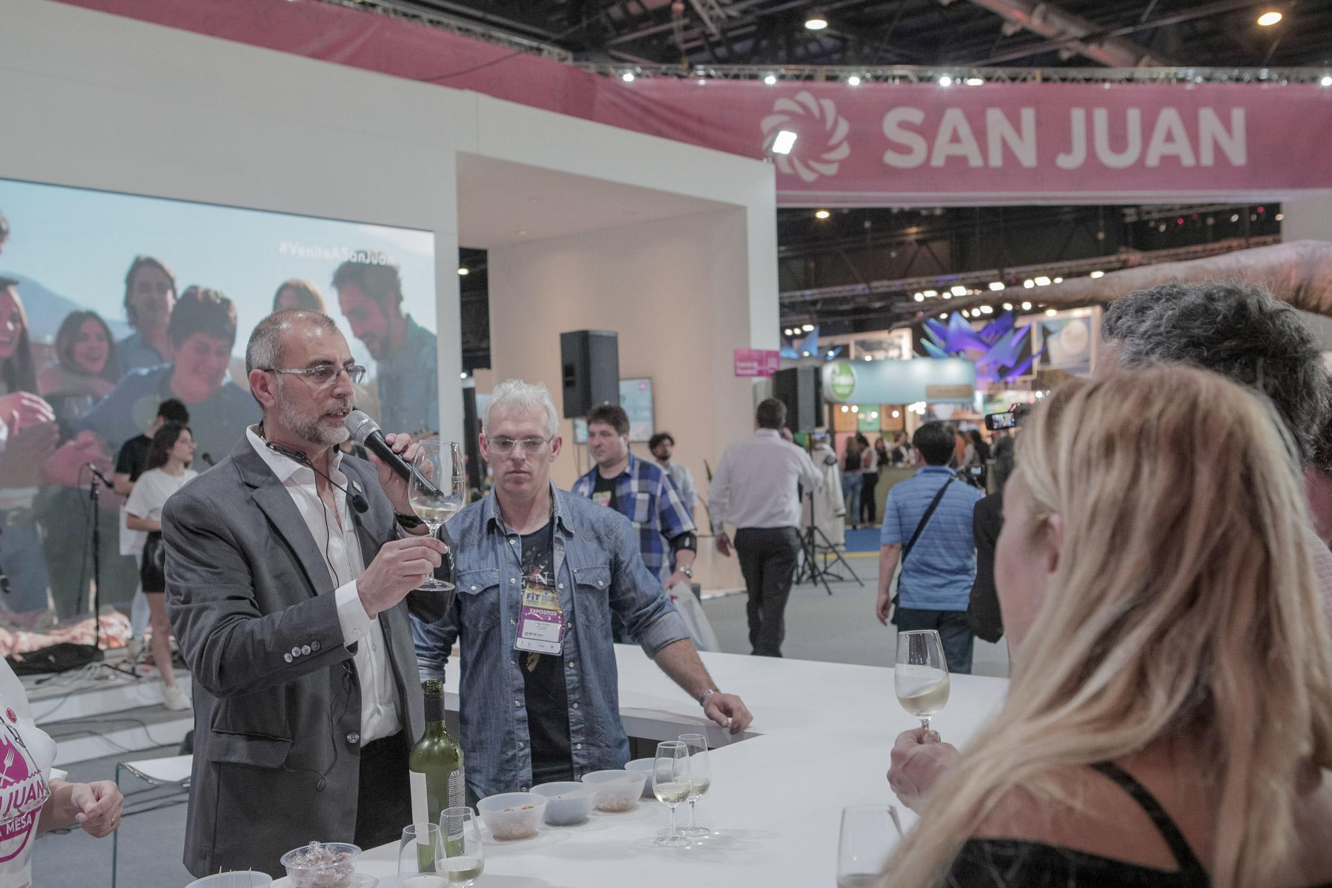 Las degustaciones de vinos cuyanos también estuvieron presentes en los stand de Mendoza, San Juan y La Rioja