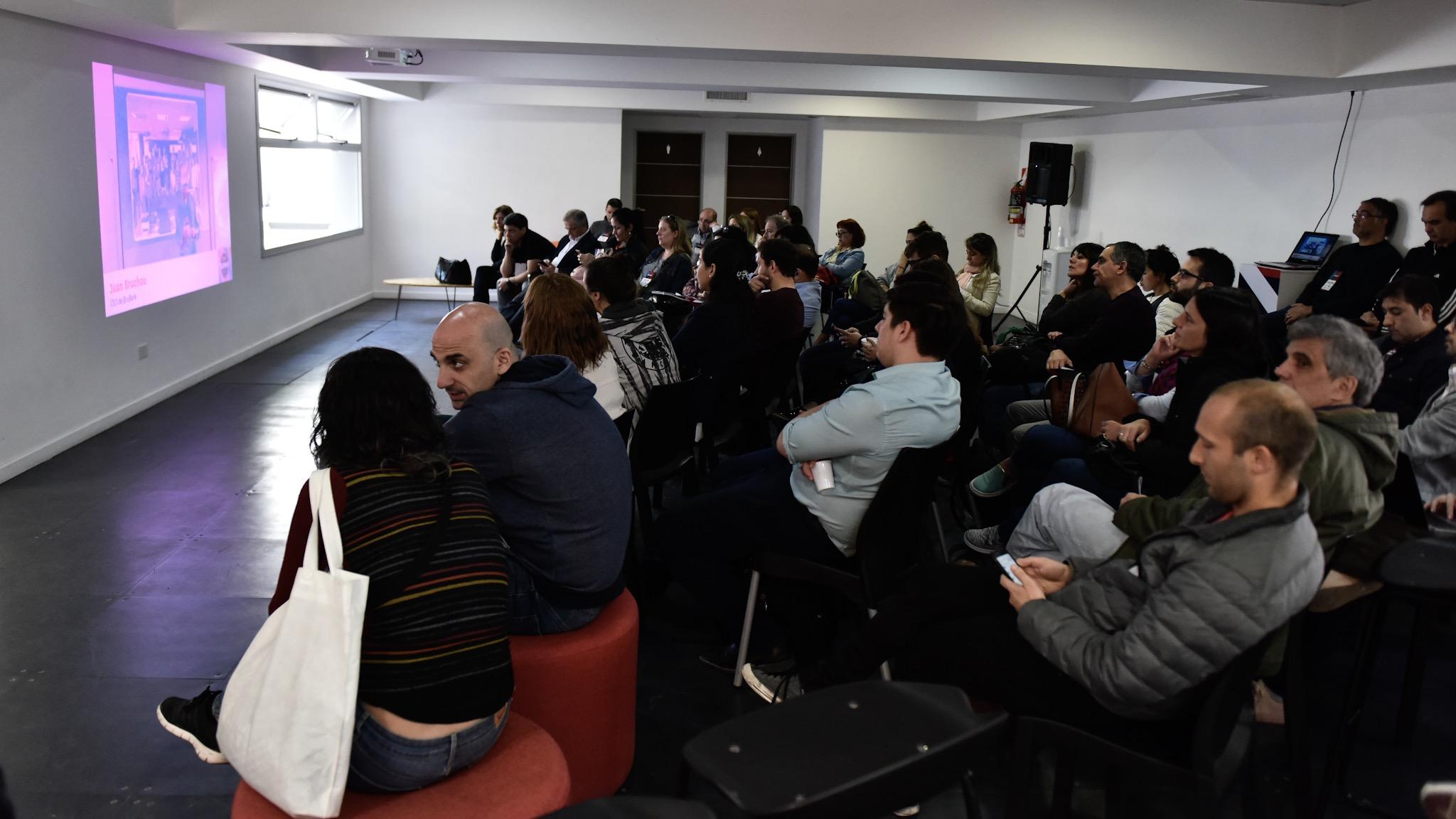 En las charlas se abordaron temas como realidad virtual y aumentada, Bitcoin, emprendedorismo, eCommerce, Internet de las Cosas , seguridad informática, animaciones web, entre otros