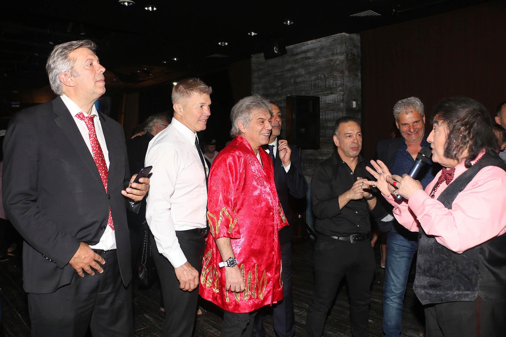 Beto Casella, uno de los más divertidos, hizo reír a todos al ponerse la bata del doble de Sandro