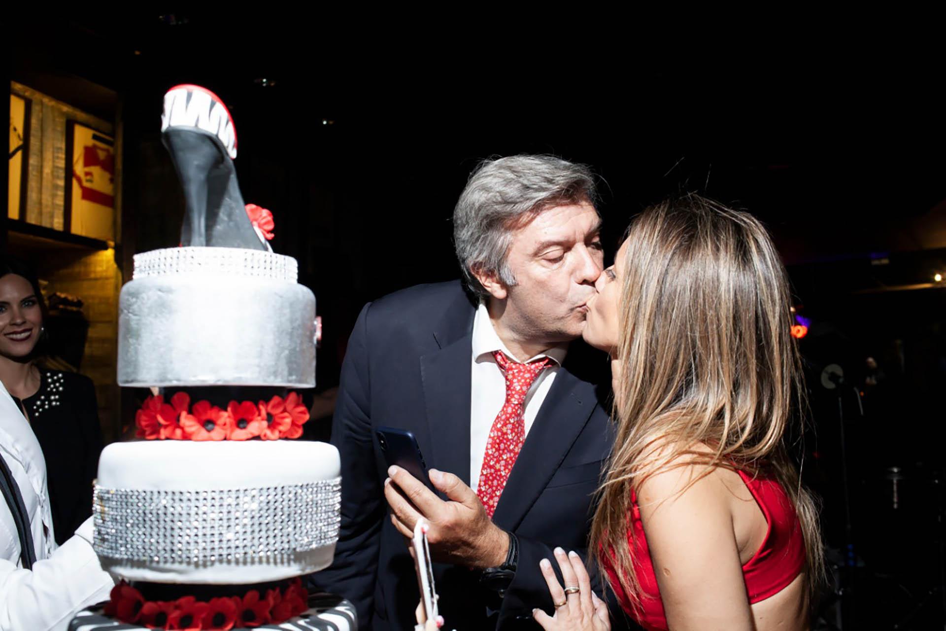 El momento de la torta, con beso incluido