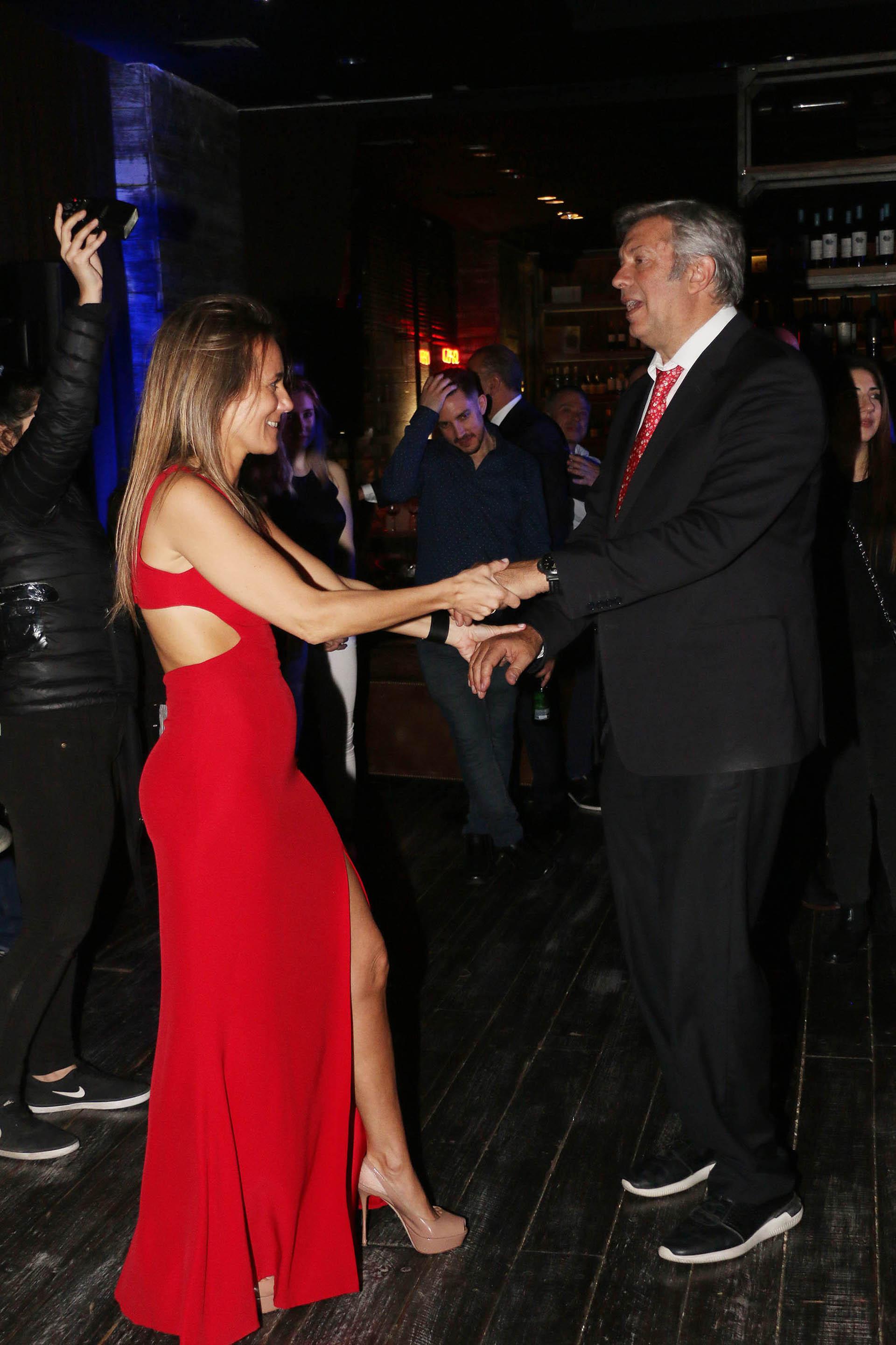 La pareja de abogados abrió la pista de baile durante el festejo, que se extendió hasta las 2 de la madrugada