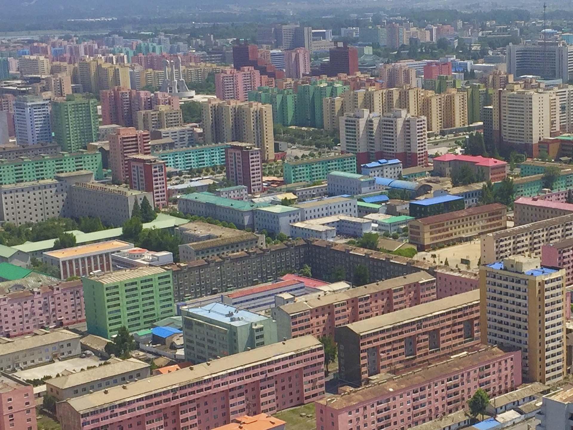 Hace seis décadas, Kim Il Sung, fundador de Corea del Norte y abuelo del líder actual, rediseñó el país mediante una distribución geográfica de los ciudadanos de acuerdo con su lealtad: a principios de los años sesenta, unos setenta mil norcoreanos «hostiles» habían sido forzados a mudarse a las regiones montañosas del norte del país mientras que en Pyongyang, la ciudad de colores inverosímiles, ya residían únicamente las familias más leales al régimen