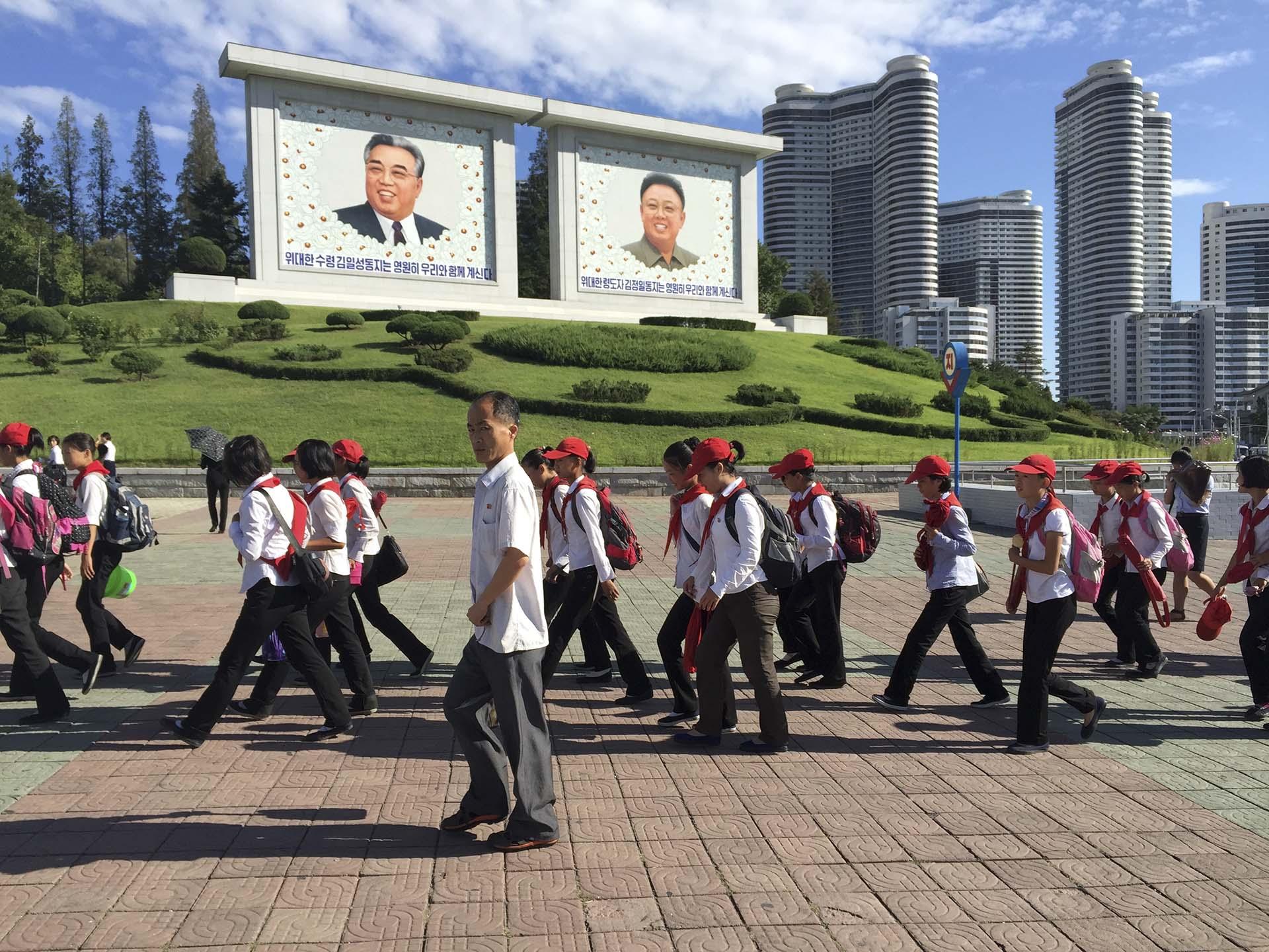 """""""La imagen del líder debe estar siempre en el centro del espacio arquitectónico"""", sentenció Kim Jong Il en su tratado Sobre la arquitectura, """"porque al ser visible en todo momento y desde cualquier lugar, los ciudadanos nunca olvidarán que son felices en el abrazo del líder"""".Kim Jong Il asumió el poder en el """"reino ermitaño"""" en 1994, luego de la muerte de su padre, Kim Il Sung, fundador y líder del país desde 1948. Lo hizo al mismo tiempo que Corea del Norte inauguraba su época más dramática, atravesada por una hambruna masiva que provocaría, hacia finales de la década del noventa, la muerte de casi un millón de norcoreanos"""