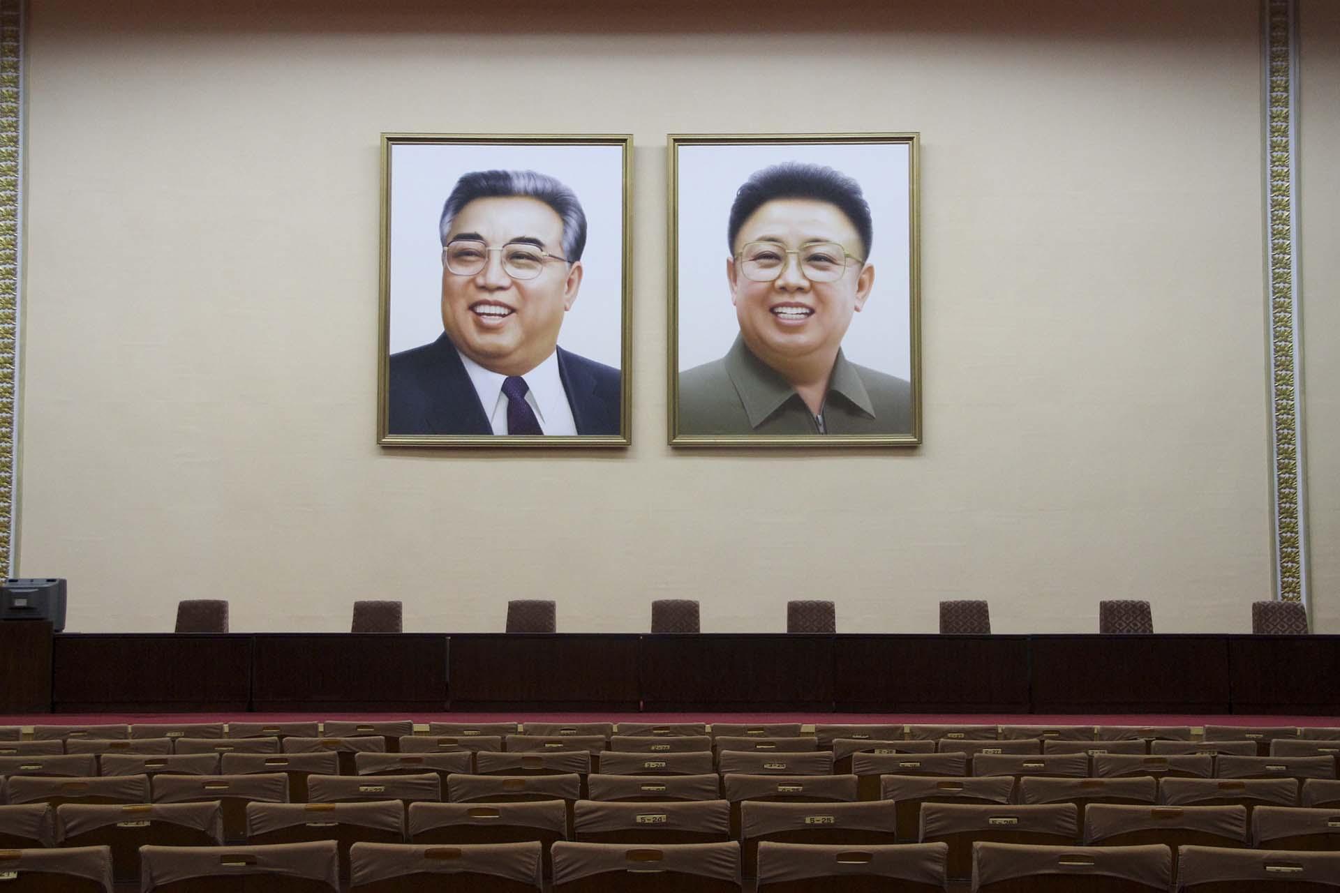 Pyongyang creció como una ciudad donde los líderes están siempre a la vista en el centro del espacio arquitectónico, tal como sentenció Kim Jong Il, pero también están en los rincones: en todas las oficinas, en las aulas de las escuelas, en los vagones de subte y de tren, en las entradas de los principales edificios públicos y en todos los hogares del país hay retratos oficiales de los dos Kim