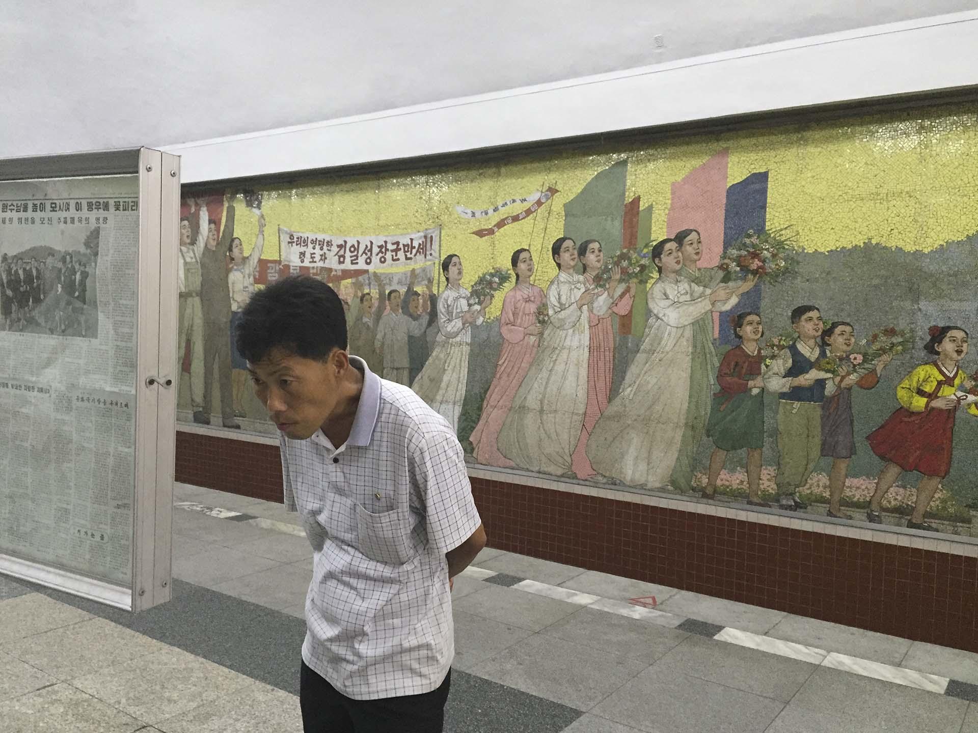 """El subterráneo de Pyongyang, construido con ayuda soviética, fue proyectado con una dosis combinada de fervor comunista y de exuberancia decorativa, y de modo que inspirasen a la clase obrera, las estaciones recibieron nombres bravíos, que no remiten a la geografía de la ciudad, sino a una entidad más relevante, la patria. En la estación Kaeson (Triunfo) de la línea 1 del subterráneo de Pyongyang, que celebra la independencia coreana de Japón en 1945, el mural reza: """"Viva nuestro extraordinariamente inteligente General Kim Il Sung"""""""