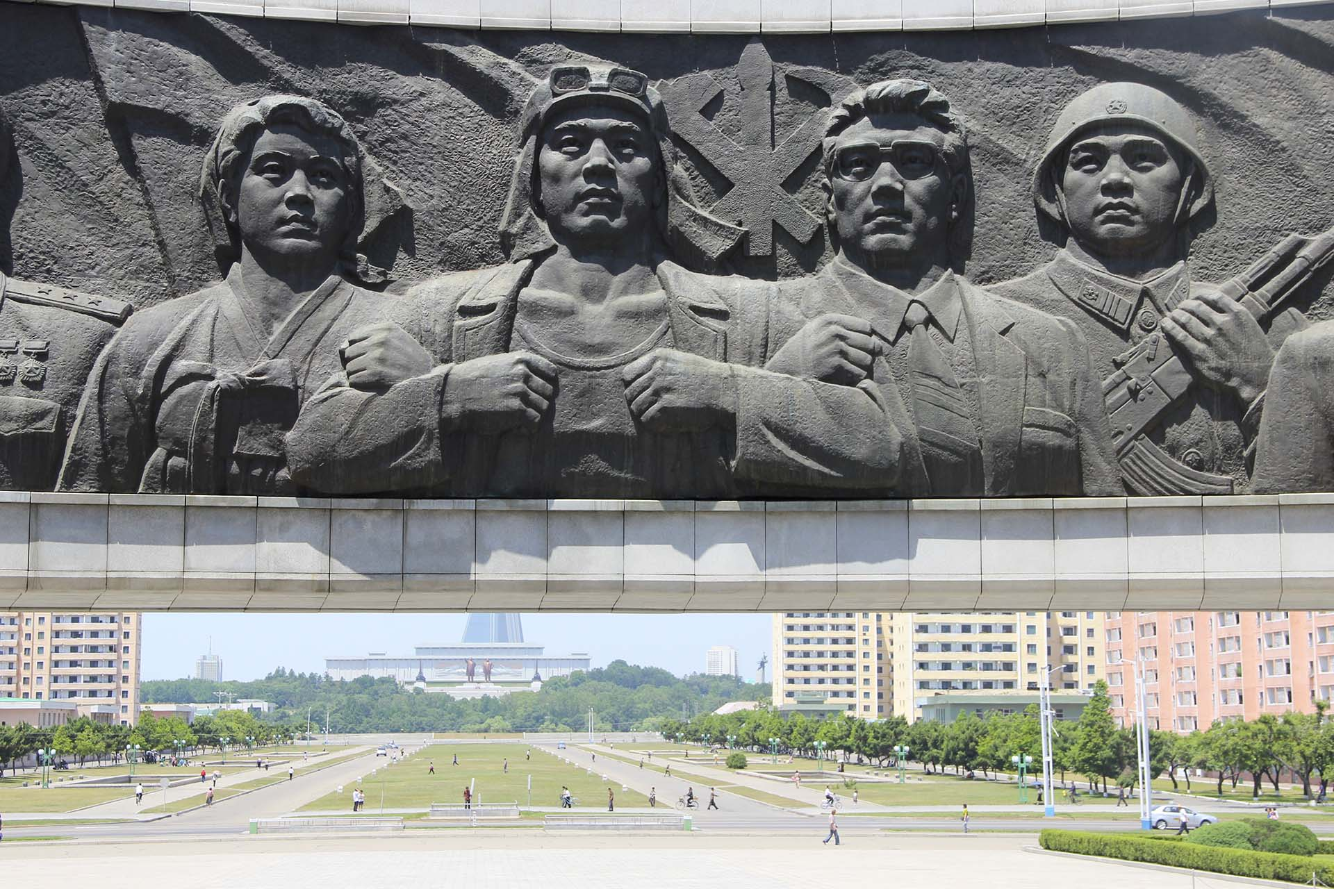 El monumento al Partido de los Trabajadores de Corea representa los tres pilares del país: campesinos, militares e intelectuales. Envueltos en la bandera rojo sangre del Partido yacen en el Palacio del Sol de Kumsusan, el mausoleo de Pyongyang, los cuerpos embalsamados de Kim Il Sung y Kim Jong Il, exhibidos a los visitantes en sus impolutos sarcófagos de vidrio. Allí, las fotos están prohibidas: los extranjeros que viajamos al país podemos ver más de lo que esperamos, pero no siempre podemos documentarlo