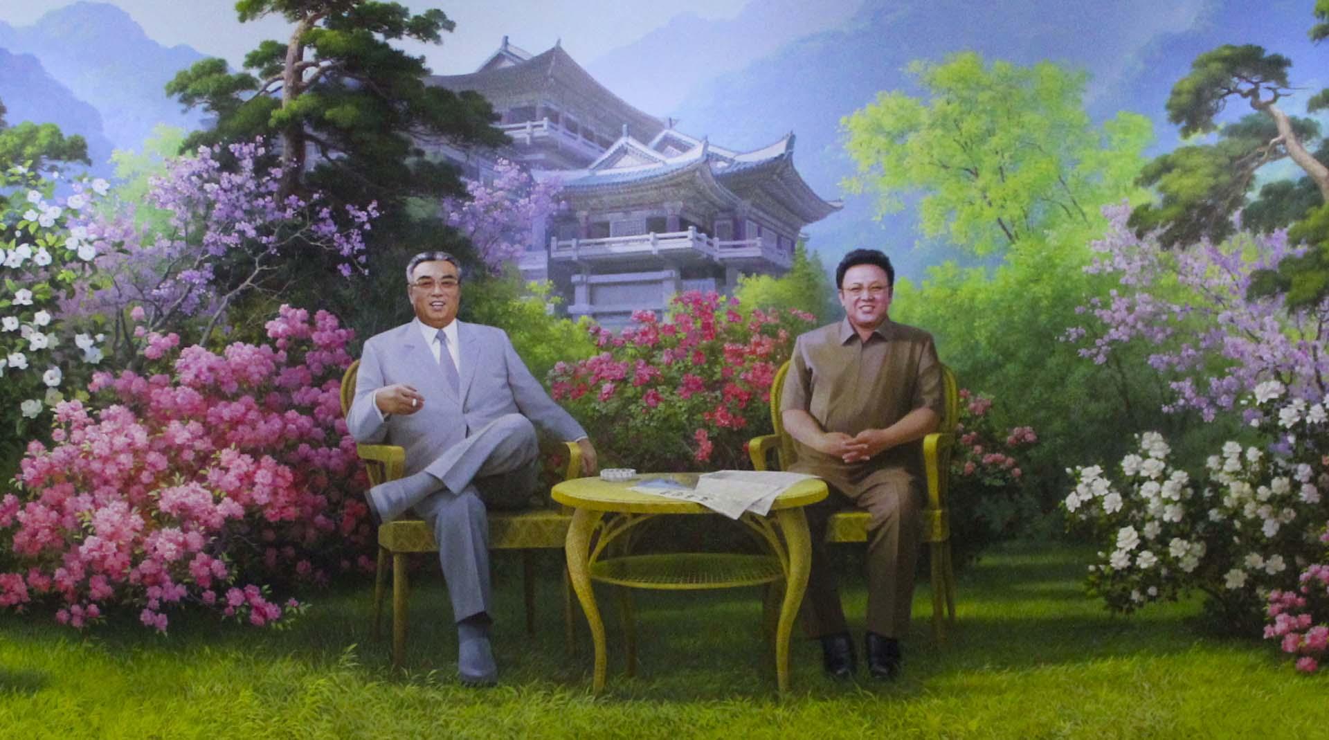 Al otro lado de las puertas metálicas del hotel Chongchon, en el interior de Corea del Norte, nos esperaban las efigies de Kim Il Sung, vestido con su traje gris de rutina, y Kim Jong Il, con su uniforme amarronado engañosamente militar, sonriendo desde un mural atornillado en la pared principal de la recepción. Las azaleas que rodeaban a los líderes y perfumaban la hora del té se reflejaban en el piso de cerámicos brillantes como en un estanque. No eran las únicas flores que gustaban a los líderes. La orquídea púrpura y la begonia roja son las más famosas y adoradas de Corea del Norte, donde se conocen con los nombres botánicos personalísimos de Kimilsungia y Kimjongilia: la flor de Kim Il Sung, la flor de Kim Jong Il