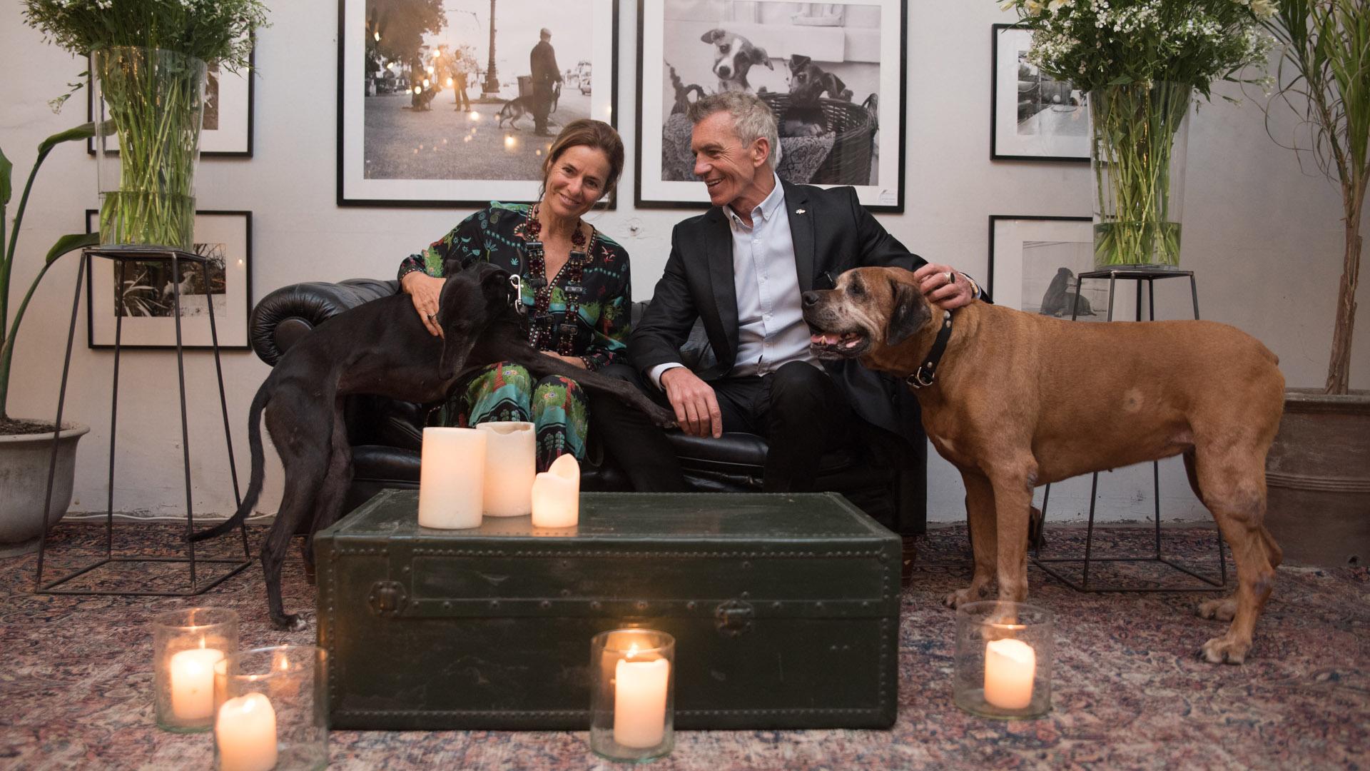Isabel Estrada, presidente de la Fundación Zorba junto a Ricardo y sus adorados perros