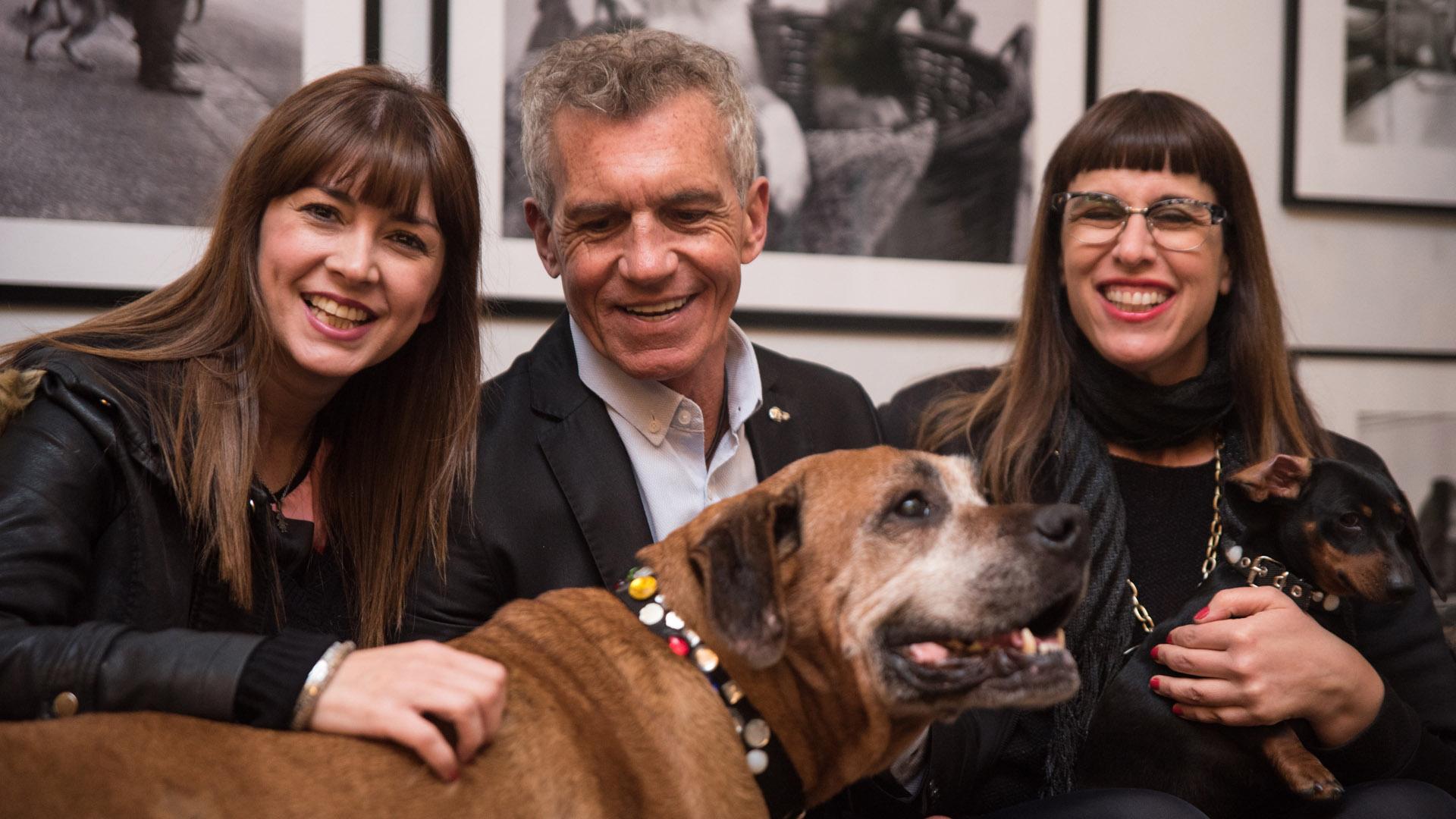 Silvina Fuentes, Ricardo Piñeiro, China y Amelie en los brazos de Valeria Schapira