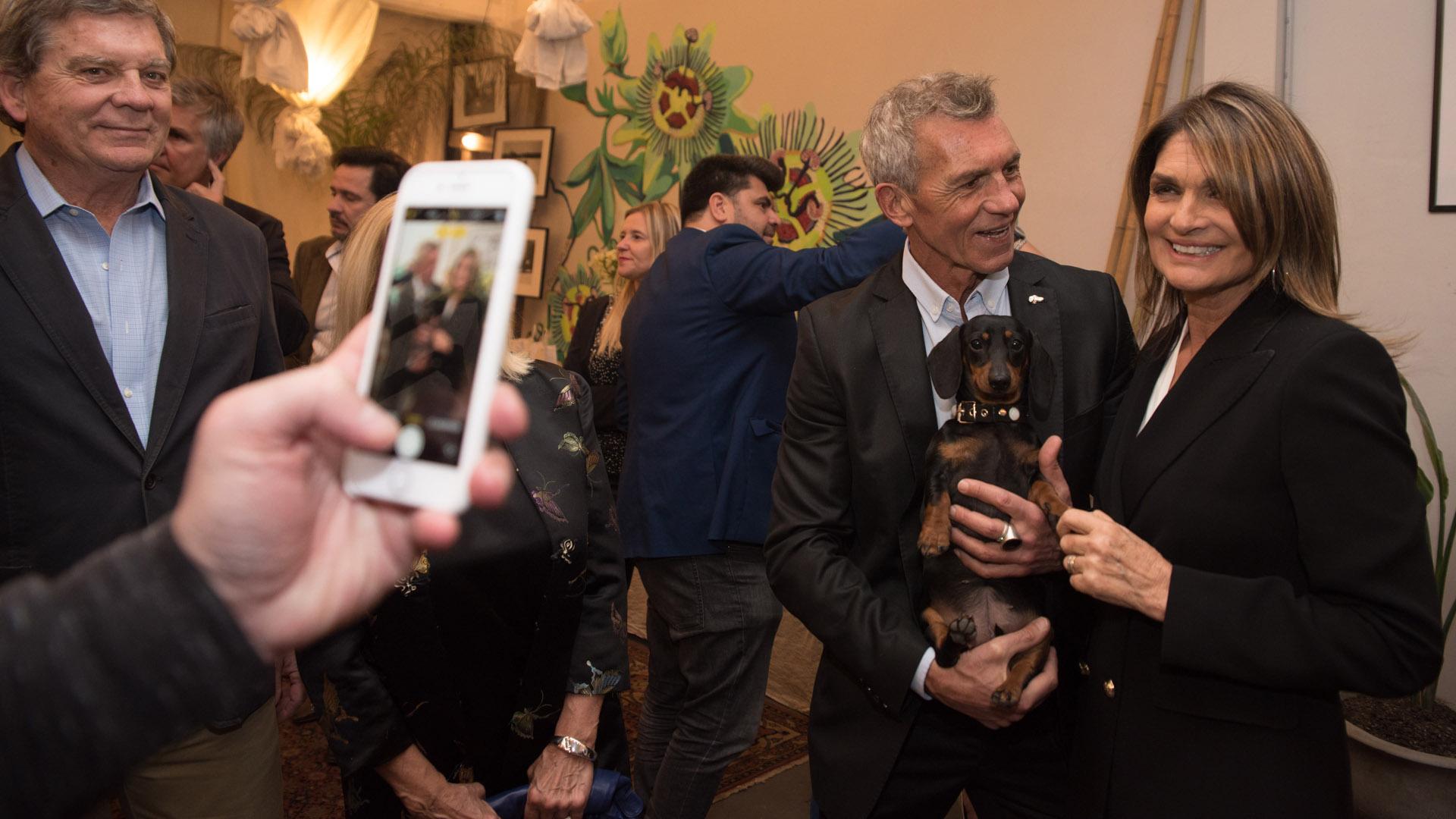 Ricardo Piñeiro posa para la foto con Amelie y Teresa Calandra