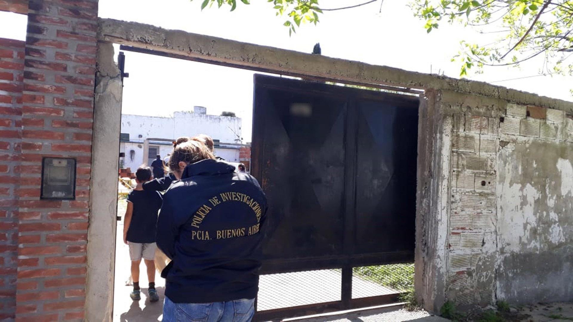 La casa de Landivar fue allanada en la mañana del sábado: se secuestró un arma con municiones y guantes de látex