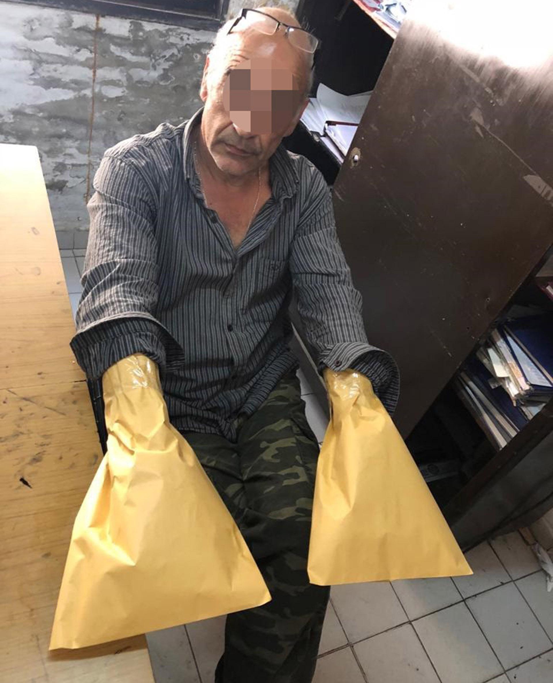 Al momento de la detención de Landivar se le colocaron bolsas en sus manos para resguardar los restos de ADN