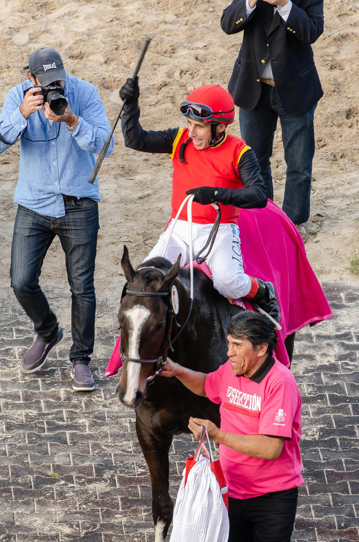 """Durante toda la tarde, se desarrollaron distintas actividades de concientización sobre el cáncer de mama en el Hipódromo Argentino de Palermo, en el marco de una jornada dedicada a la mujer con el Gran Premio Selección, donde corren las mejores potrancas de su generación. El jockey """"Chupino"""" Noriega y la potranca """"Summer Love"""" fueron los ganadores del Gran Premio Selección 2018"""
