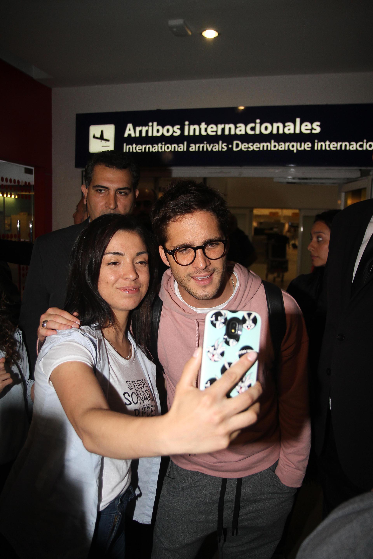 Con buena predisposición, el actor mexicano se tomó fotos y firmó autógrafos