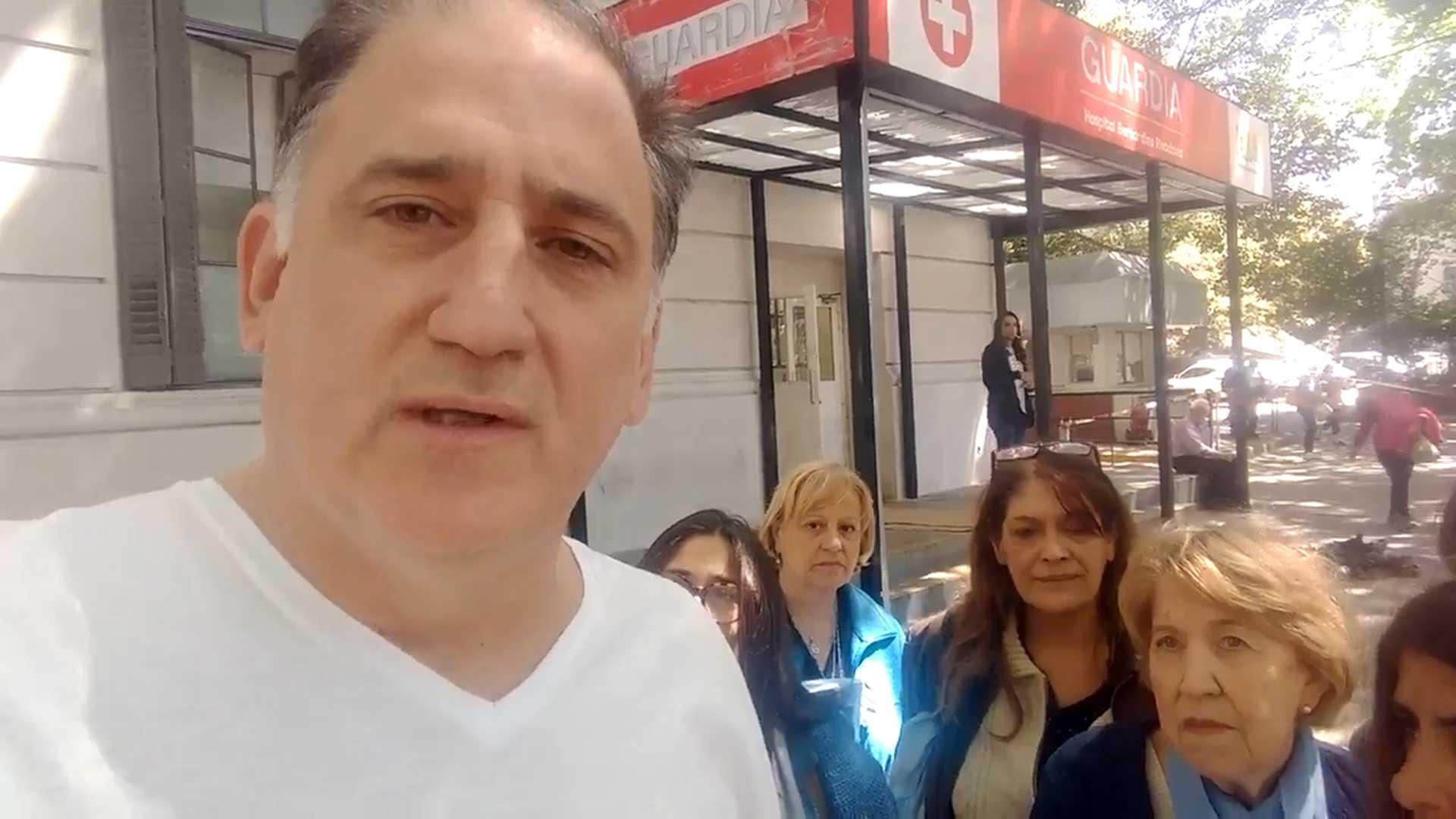 El periodista Mariano Obarrio y un grupo de mujeres que el sábado hicieron guardia para frenar un aborto que ya se había hecho.