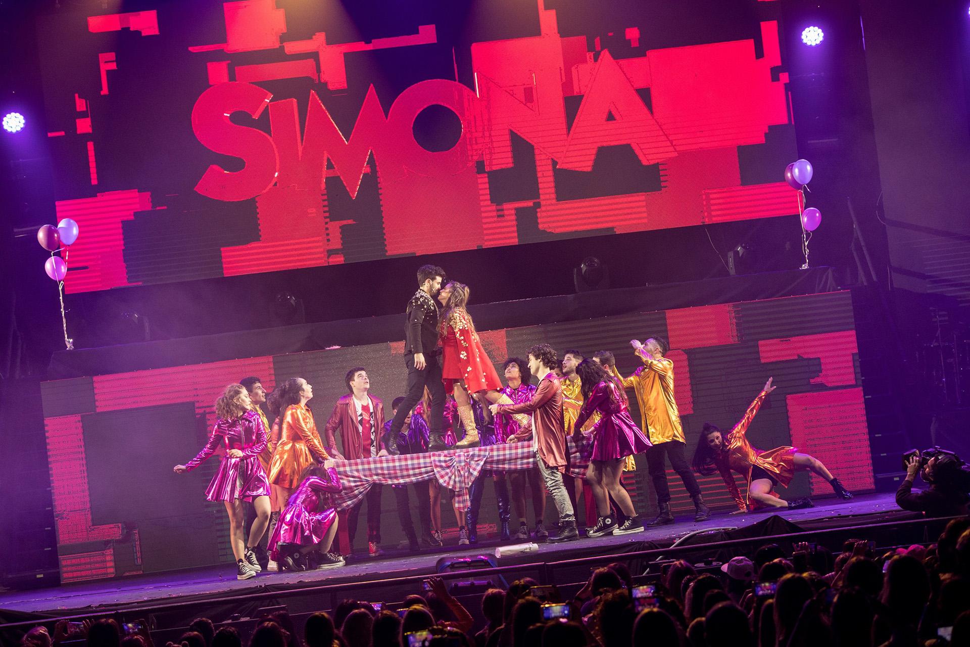 El elenco entero en el escenario del Luna Park
