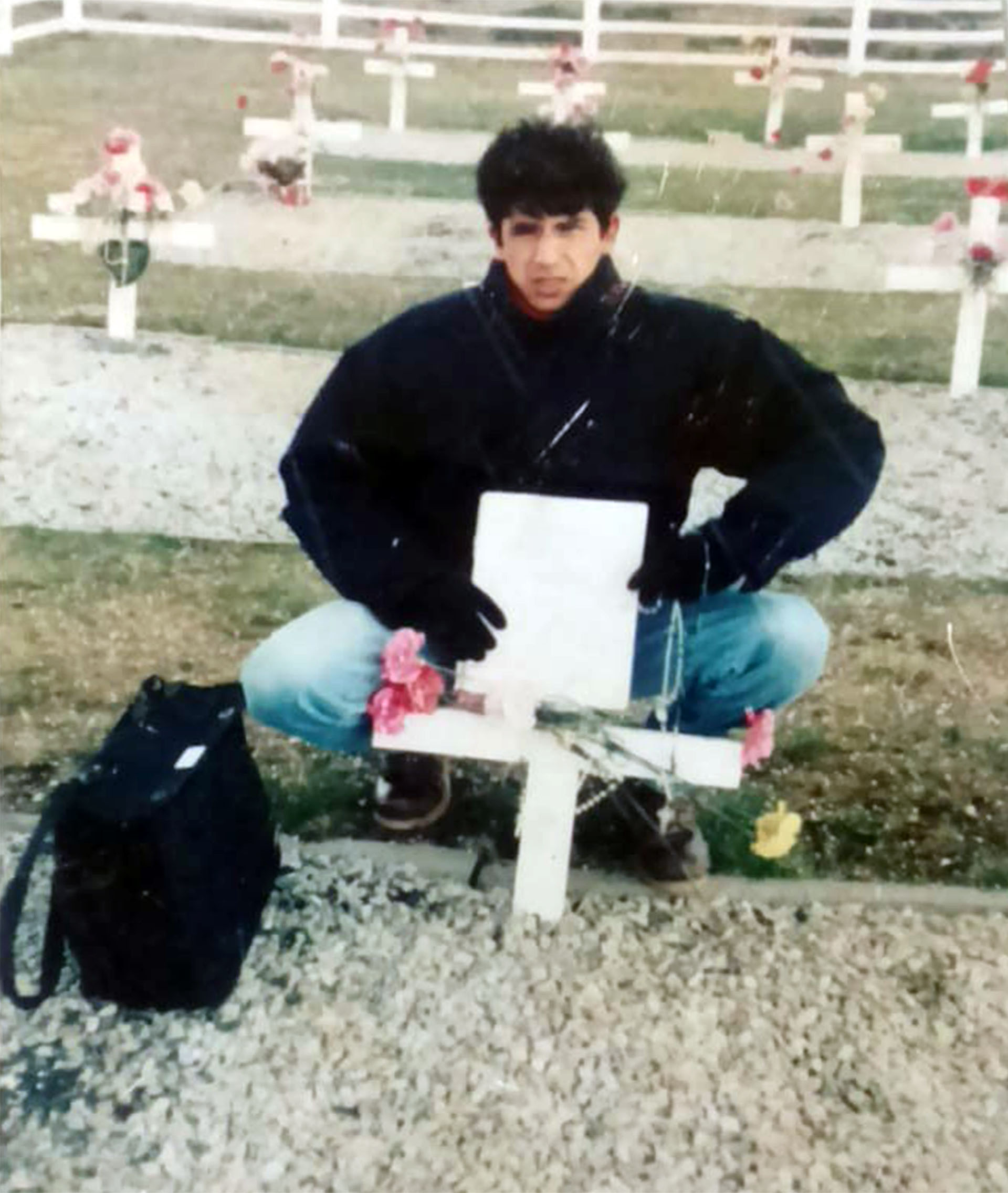 Ricardo, hermano del soldado Luna, viajó a las islas en 1999 y no encontró la tumba de su hermano. Eligió unacruz anónima al azar para dejar la placa y el rosario que había llevado