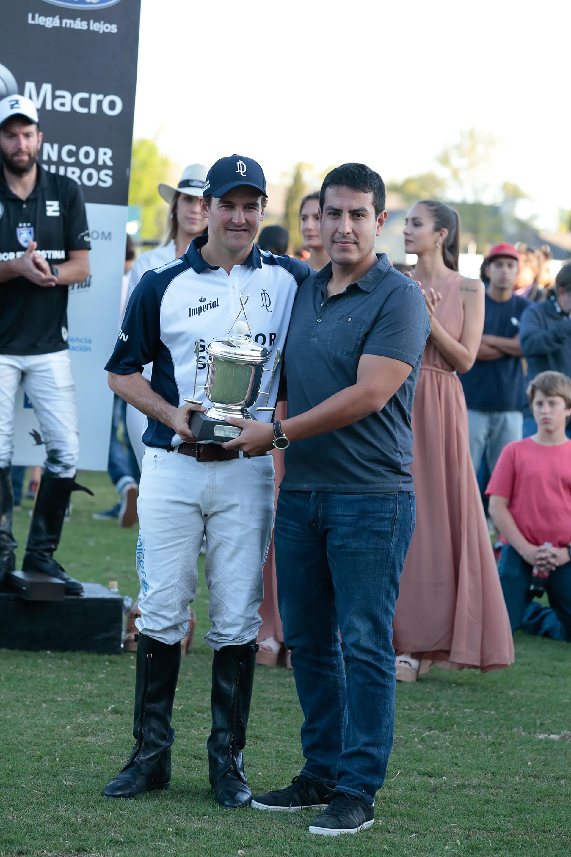 Santiago Brito, gerente divisional de BancoMacro,entregó la copa aLa Dolfina, equipo campeón del torneo que forma parte de la Triple Corona de la temporada argentina 2018