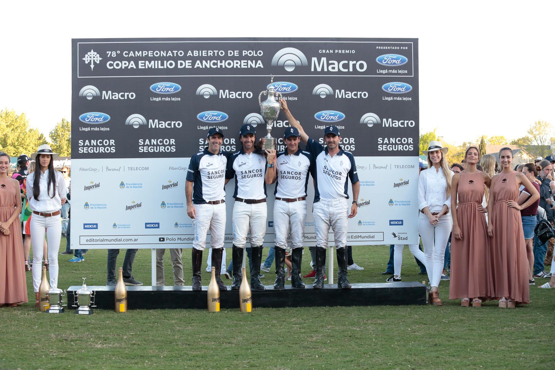 El festejo del equipo de La Dolfina, tras consagrarse nuevamente campeón del Abierto de Polo del Tortugas Country Club – Gran Premio Macro