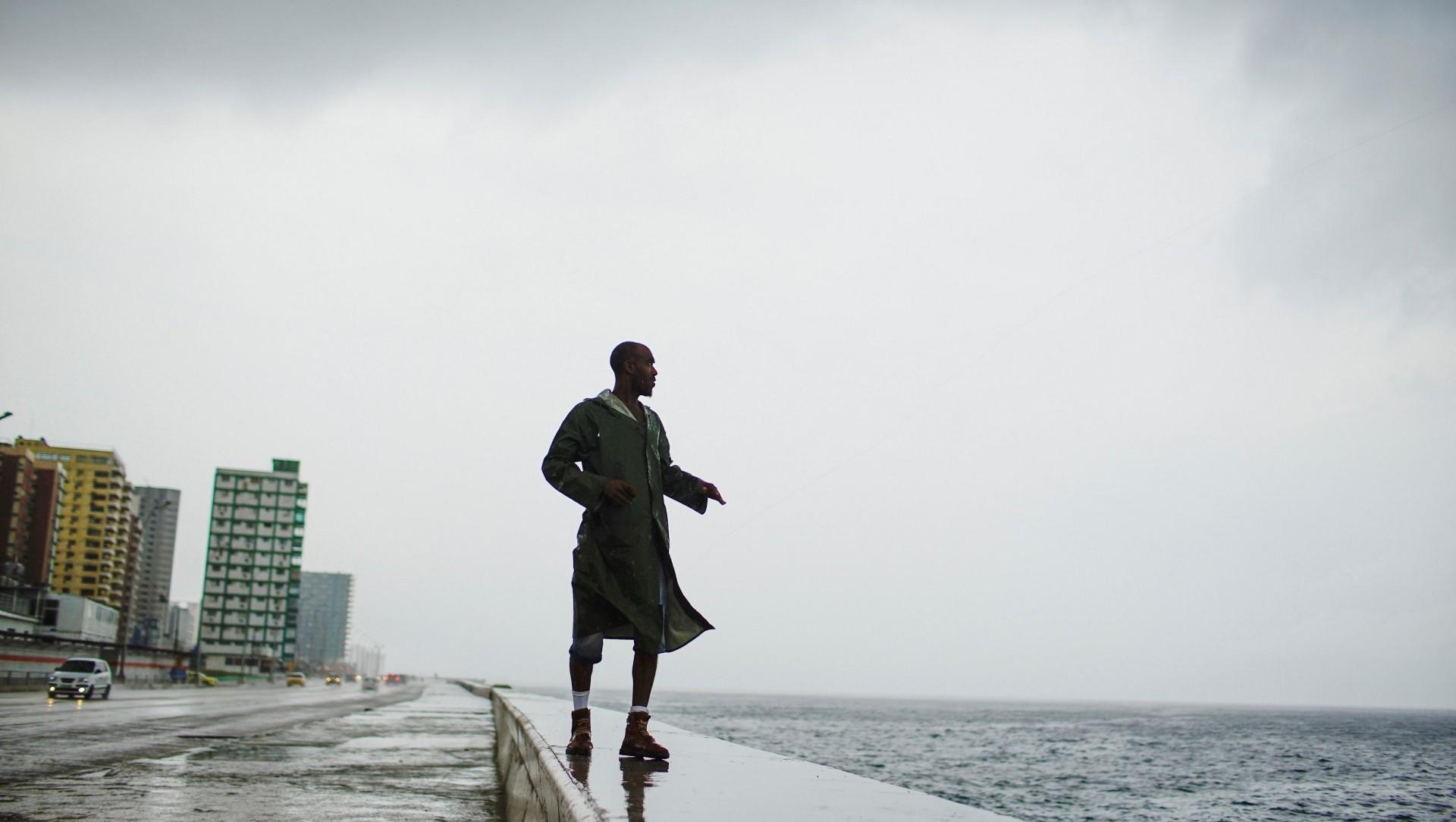 Un pescador cubano resiste a los vientos huracanados (Reuters)