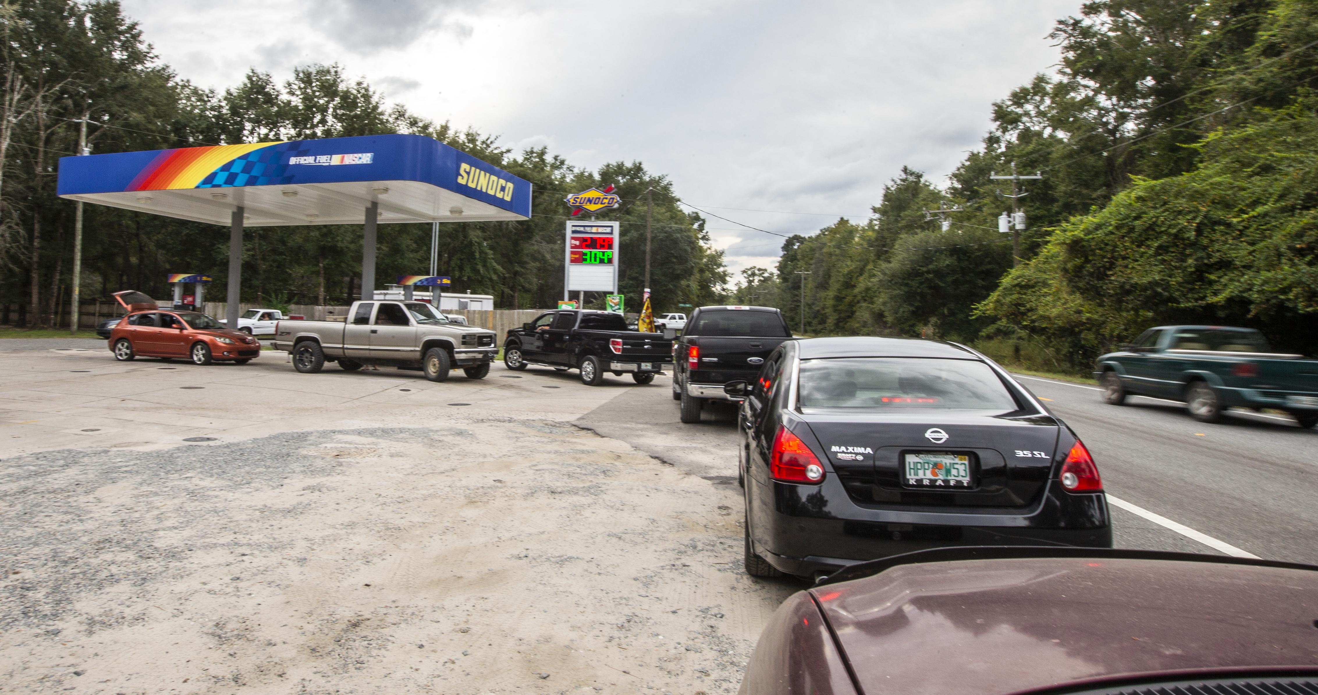 Conductores recargan combustible en Tallahassee, Florida, antes de la llegada del huracán (AFP)