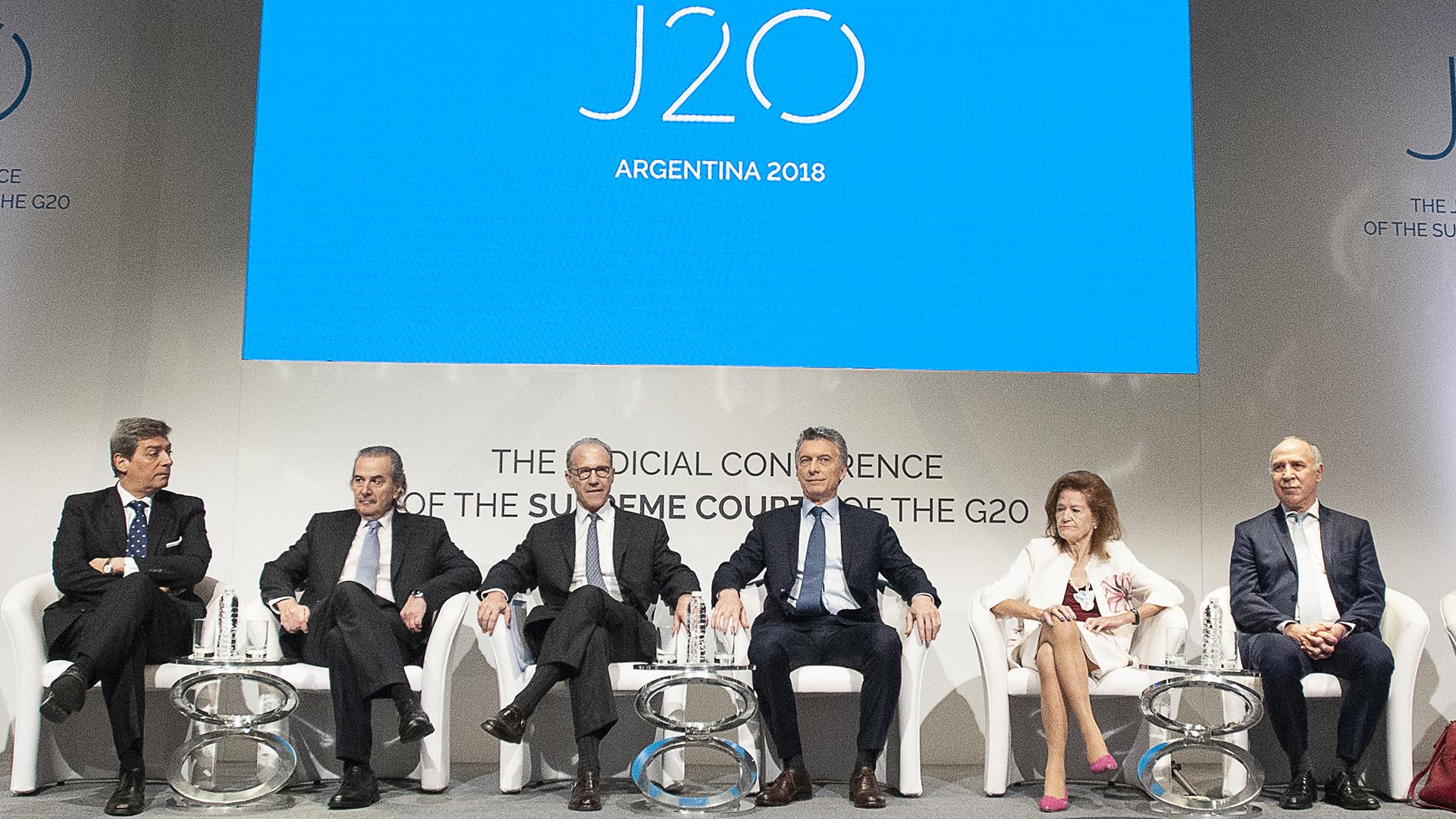 Los jueces de la Corte, junto al presidente Mauricio Macri