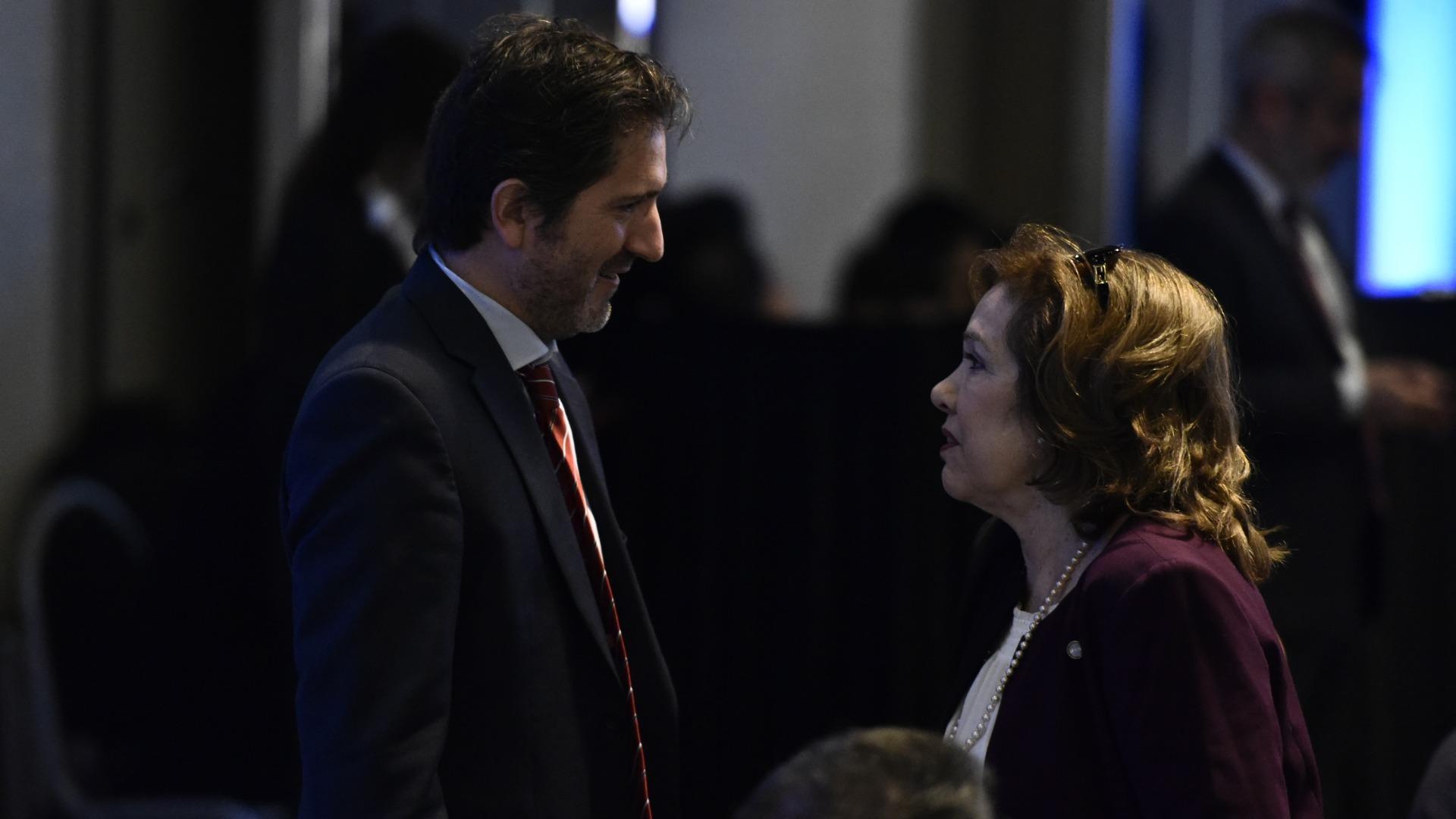 El juez federal Sebastián Casanello dialoga con la jueza María Lilia Gómez Alonso de Díaz Cordero, magistrada de la Cámara Comercial y Presidenta de la Asociación de Magistrados