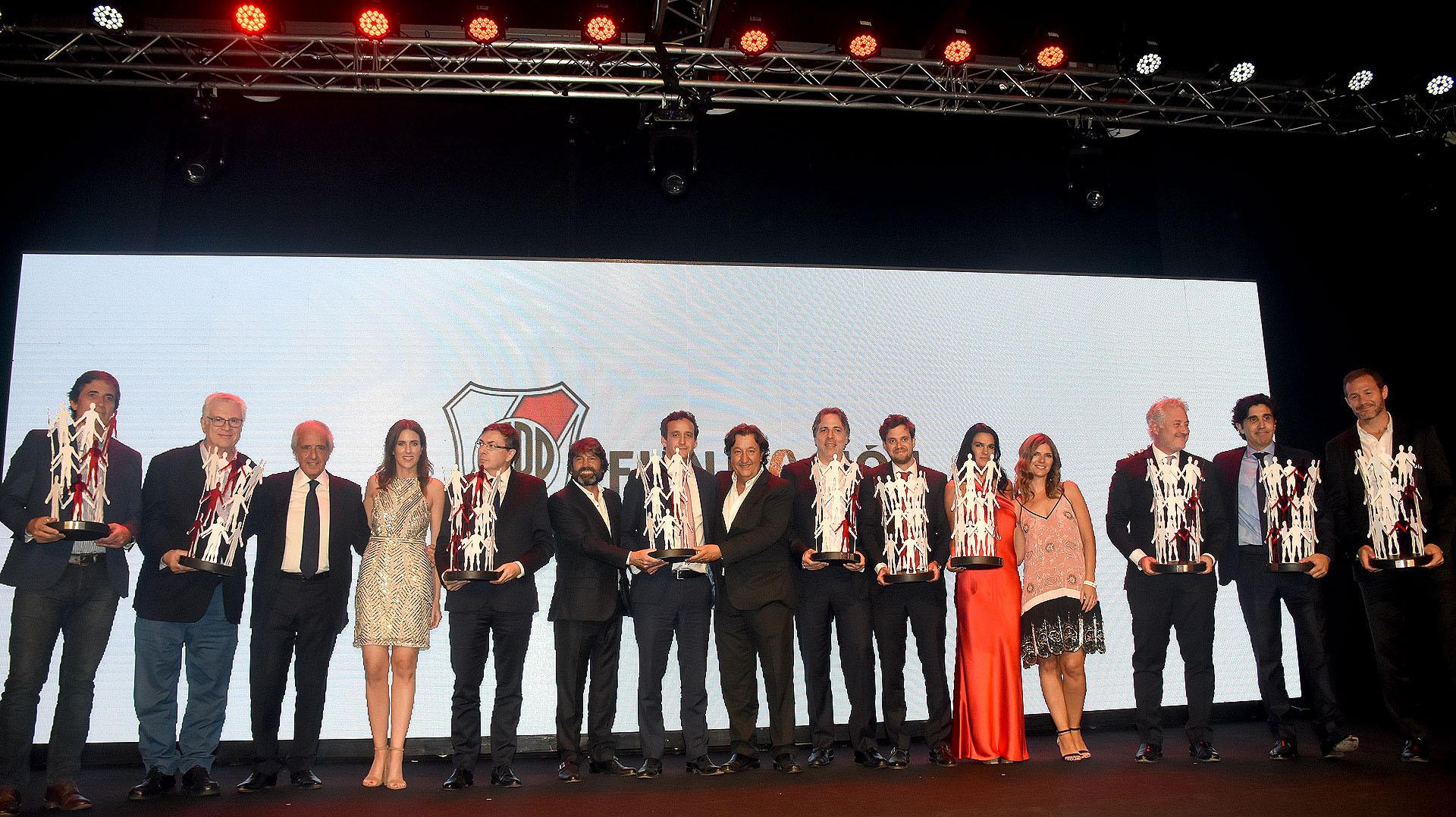 La entrega de la Copa Valores a quienes acompañaron y colaboraron con la Fundación River en sus cinco cenas anuales
