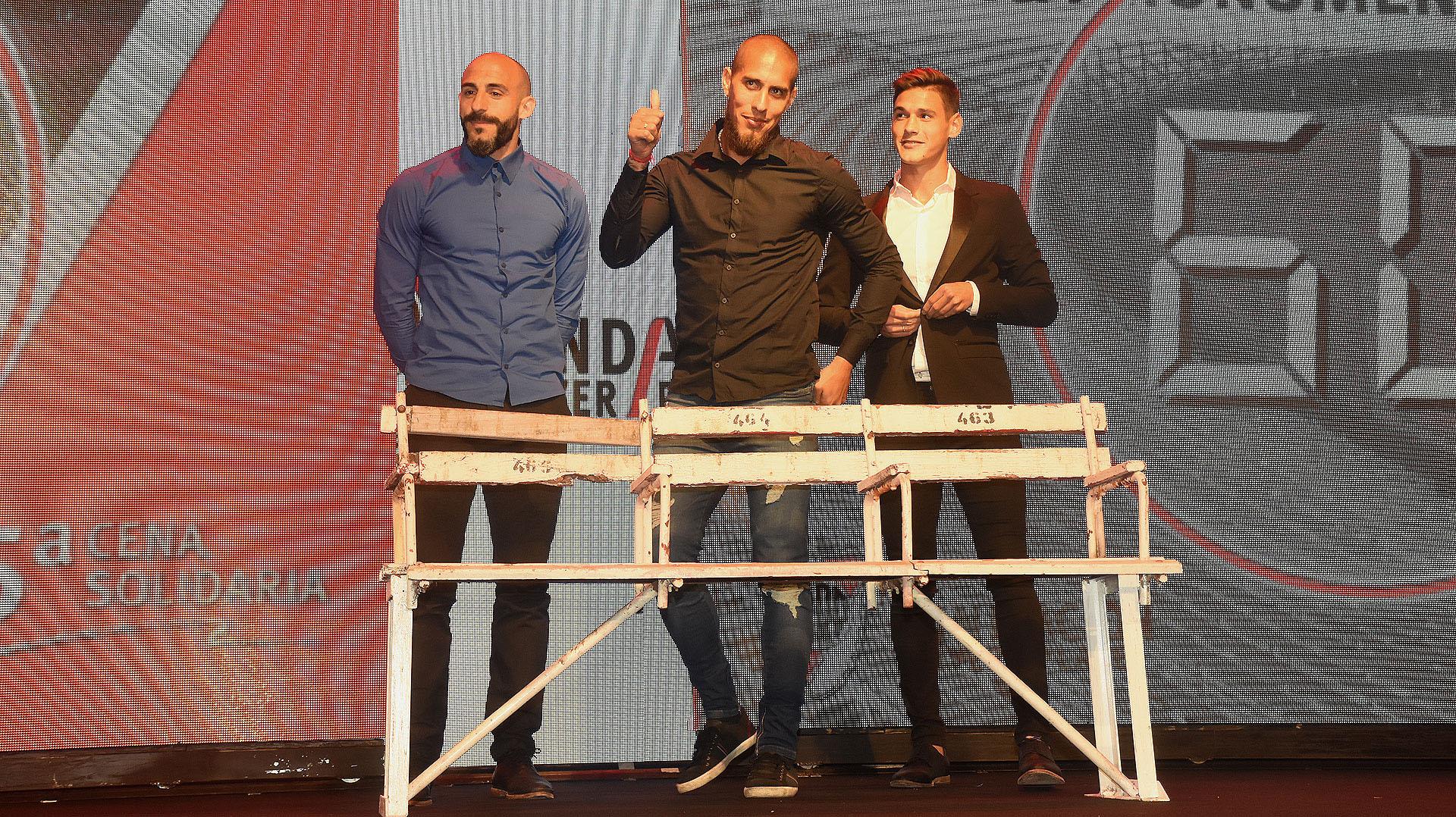 La subasta de una butaca del Monumental con la presencia de Javier Pinola, Lucas Martínez Quarta y Jonathan Maidana