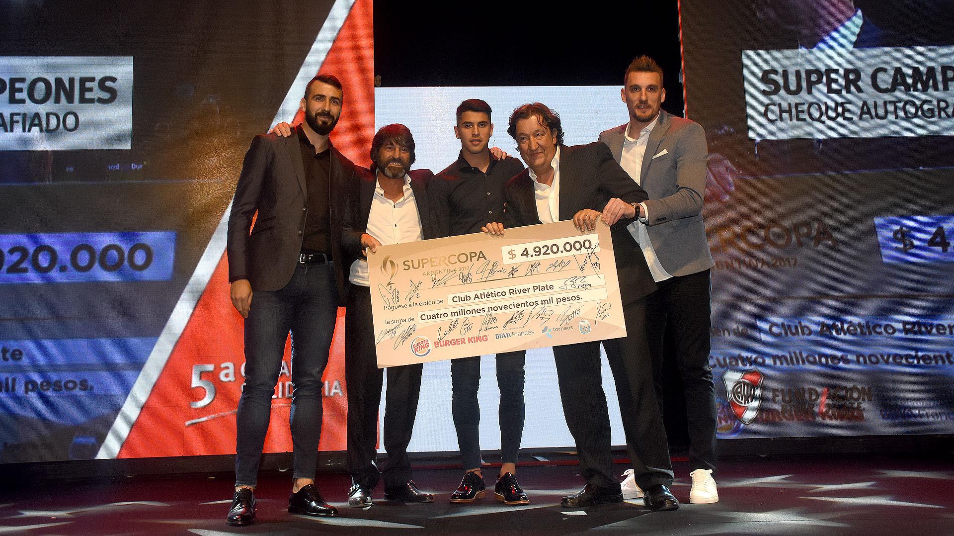 Súper Campeones: la subasta de un cheque autografiado por Exequiel Palacios, Lucas Pratto y Franco Armani