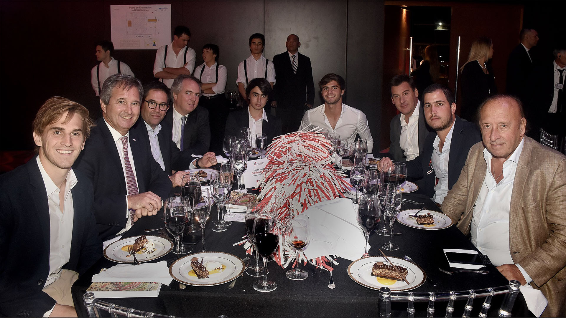 De izquierda a derecha: Santos y Pablo Quirno, Patricio Clancy, Eduardo Estrada, Pedro Lanusse, el jugador Santiago Sosa, Diego Pino, Luciano y Mauricio Filiberti