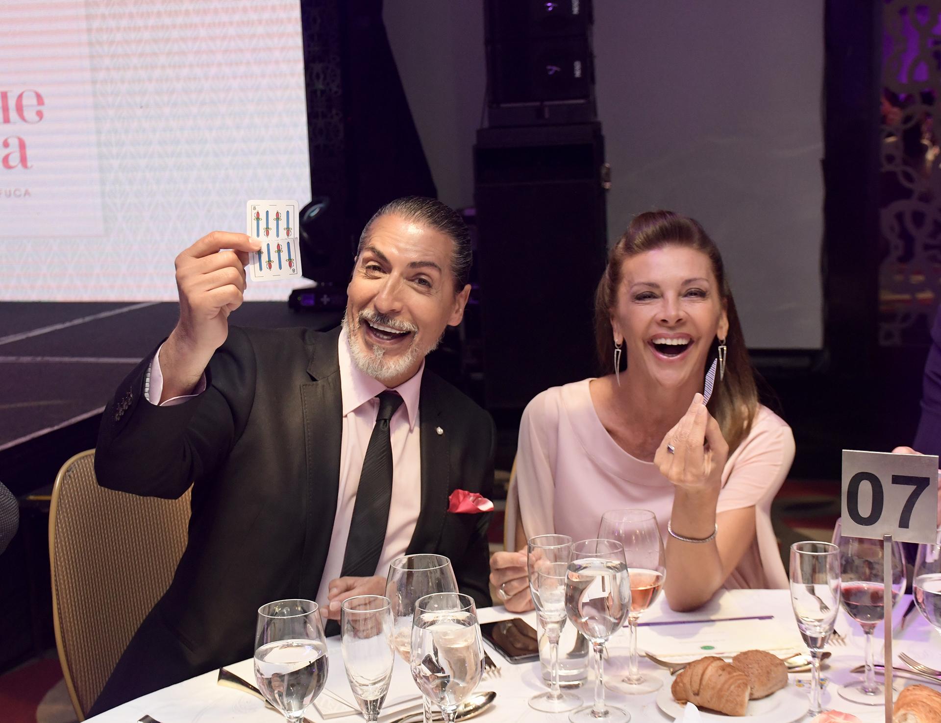 Divertidos, César Juricich y Fabiana Araujo durante el show de magia
