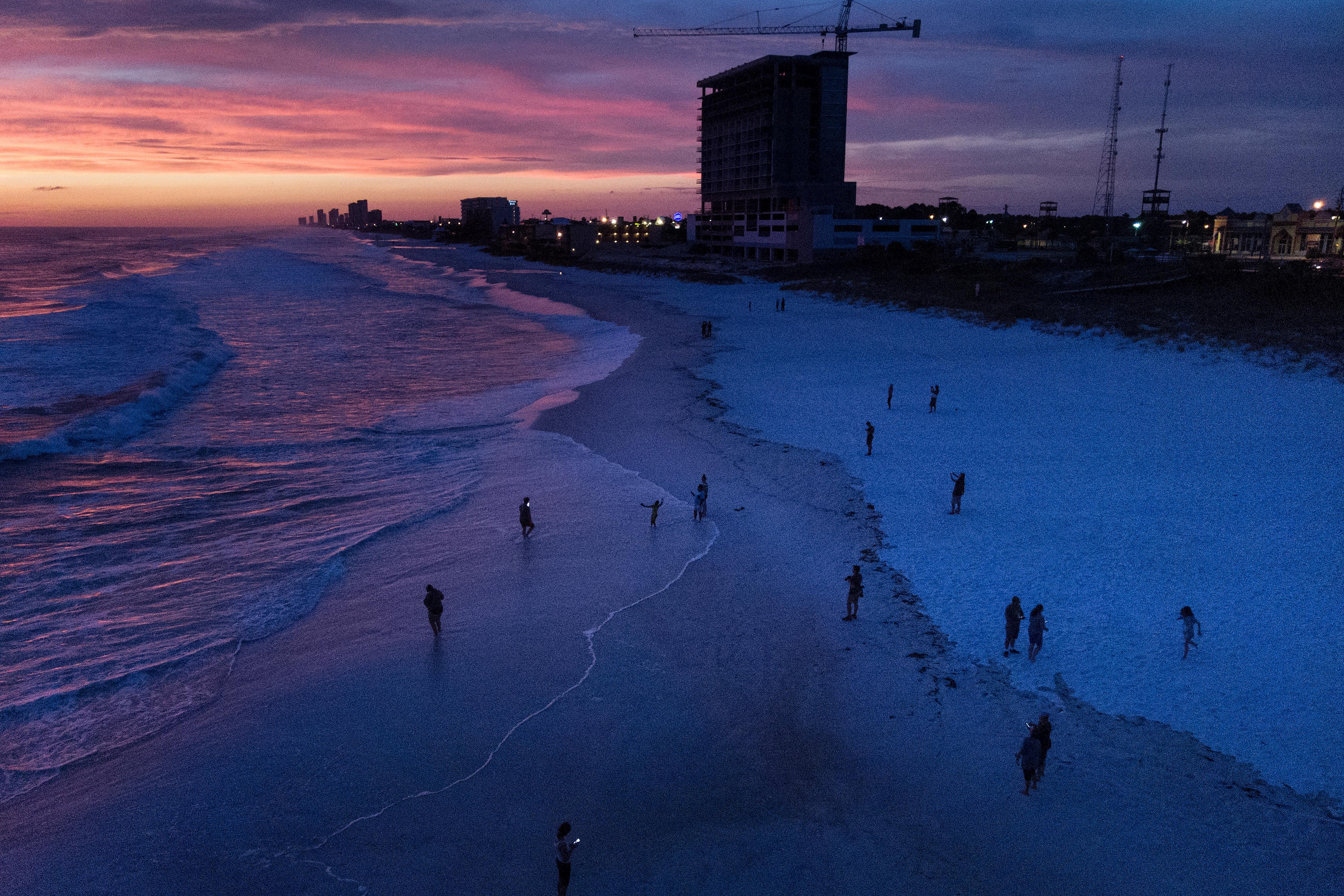 Una vista aérea de los residentes que se animaron a visitar la playa horas antes de la llegada de Michael, en Panama City
