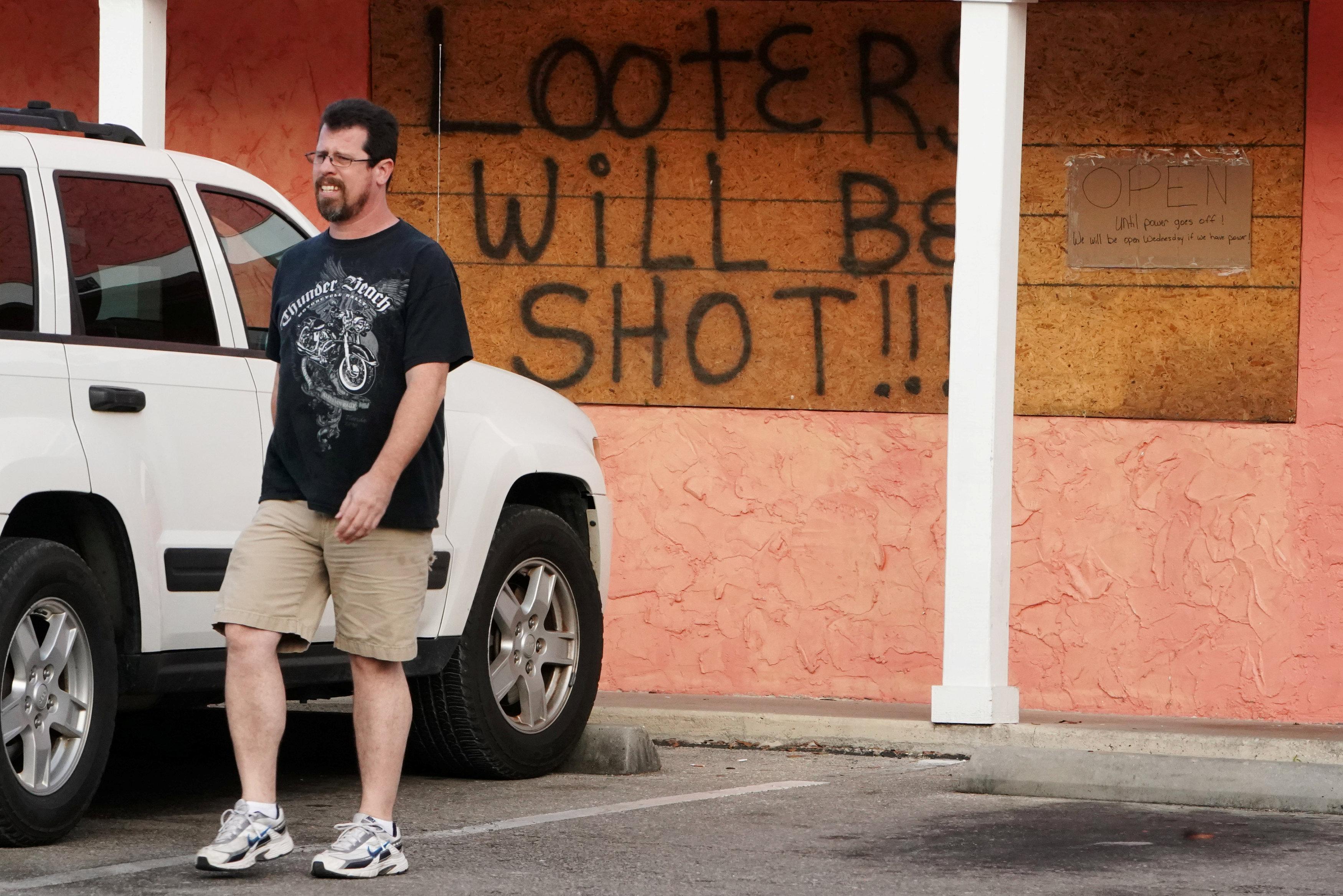"""""""Los saqueadores serán baleados"""" dice el cartel en una tienda en Carrabelle, Florida"""