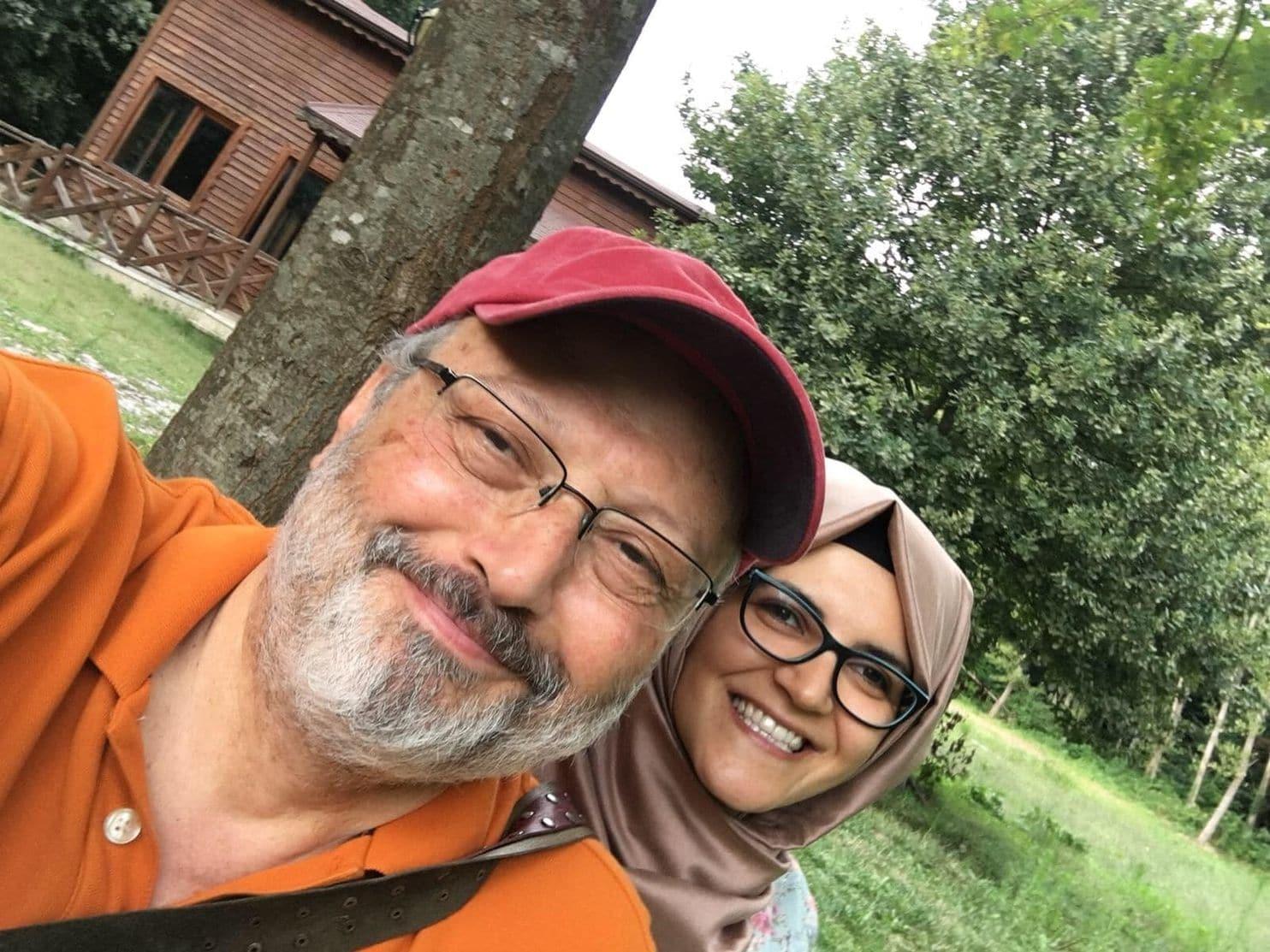 Jamal Khashoggi y su prometida, Hatice Cengiz (Hatice Cengiz via The Washingon Post)