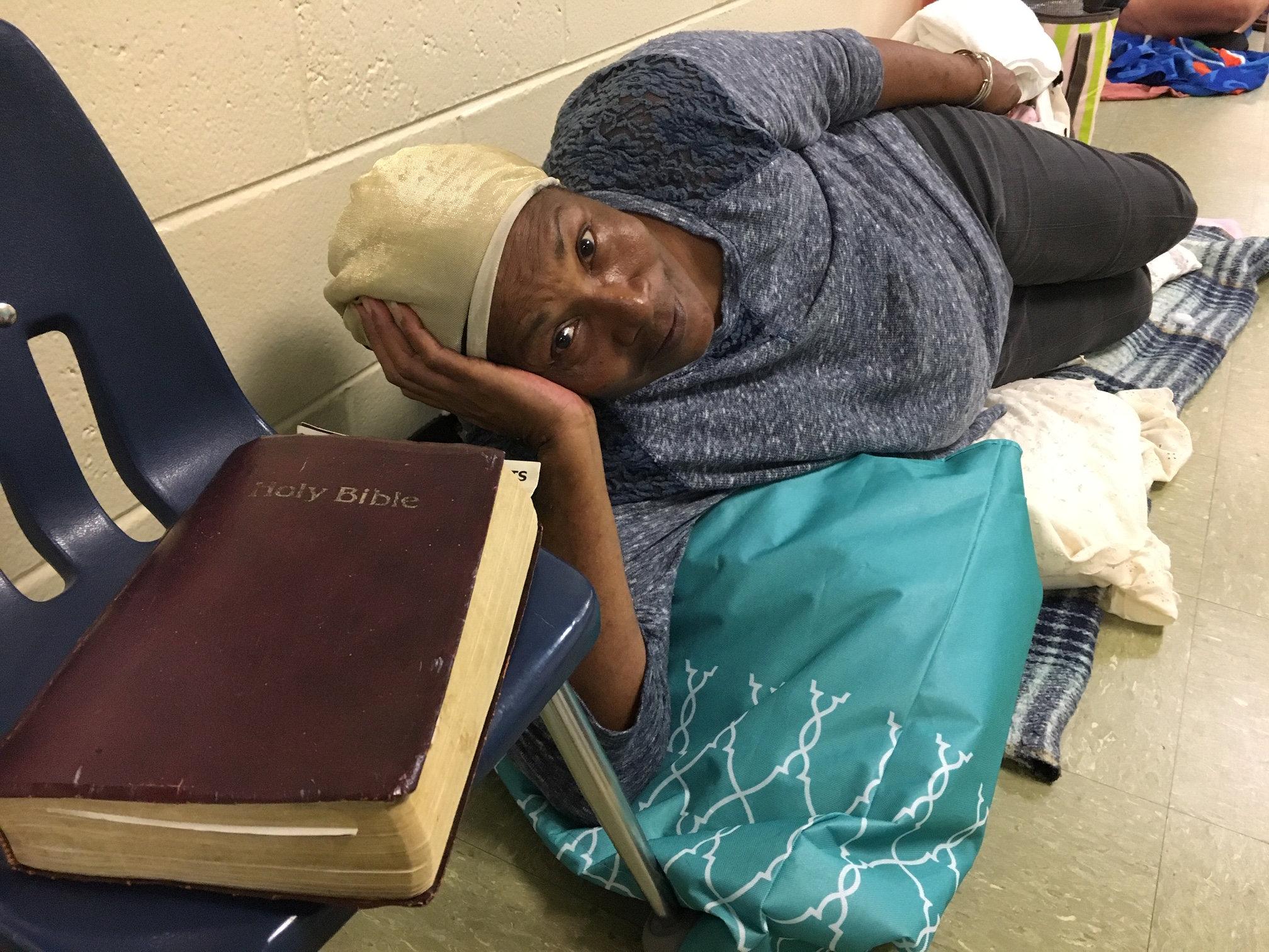 Betty Early, de 75 años, descansa en el corredor de una escuela de Panama City (Florida), usada como refugio