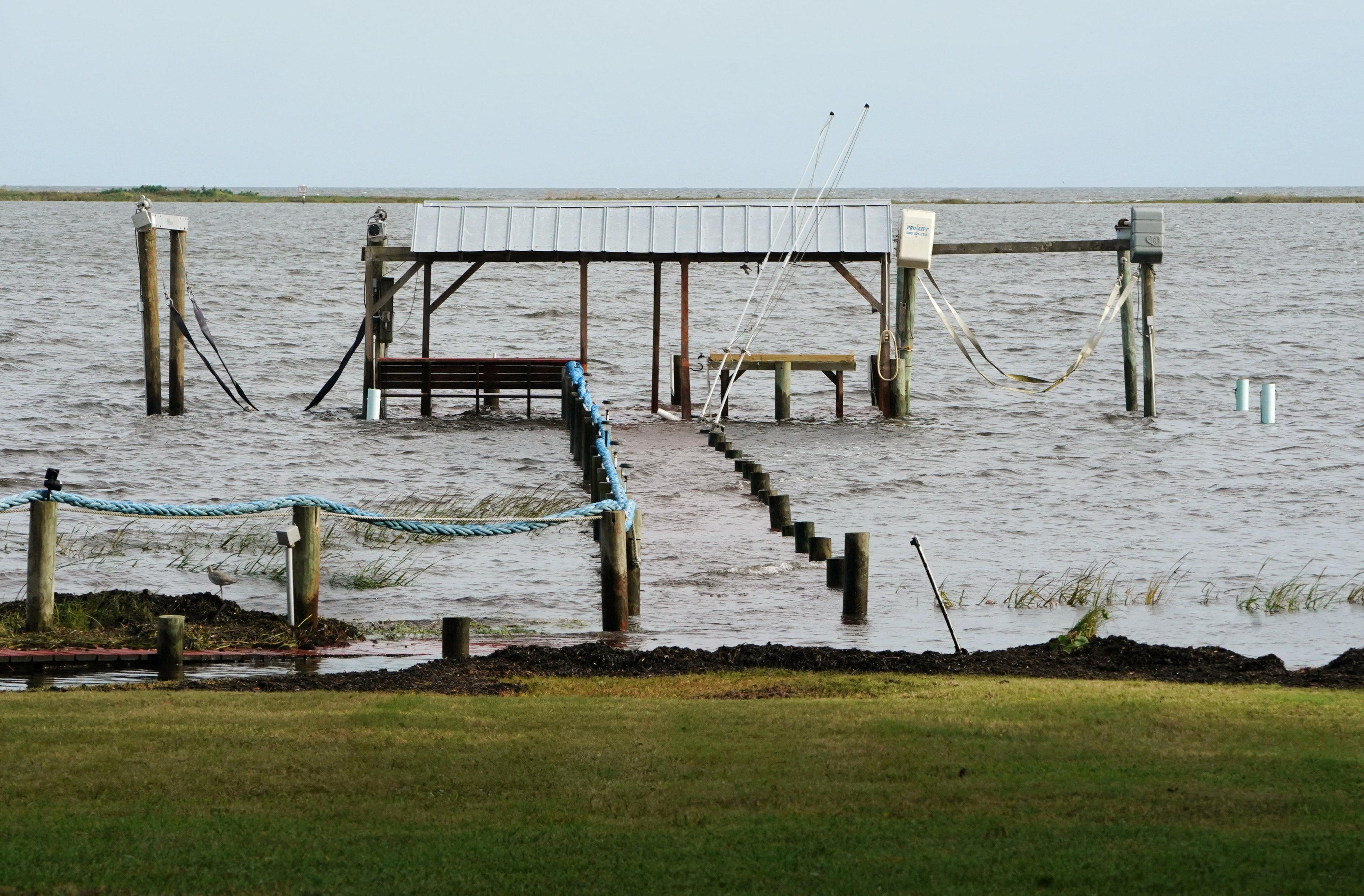Un puente quedó bajo el agua ante el aumento del caudal en Carabelle, Florida