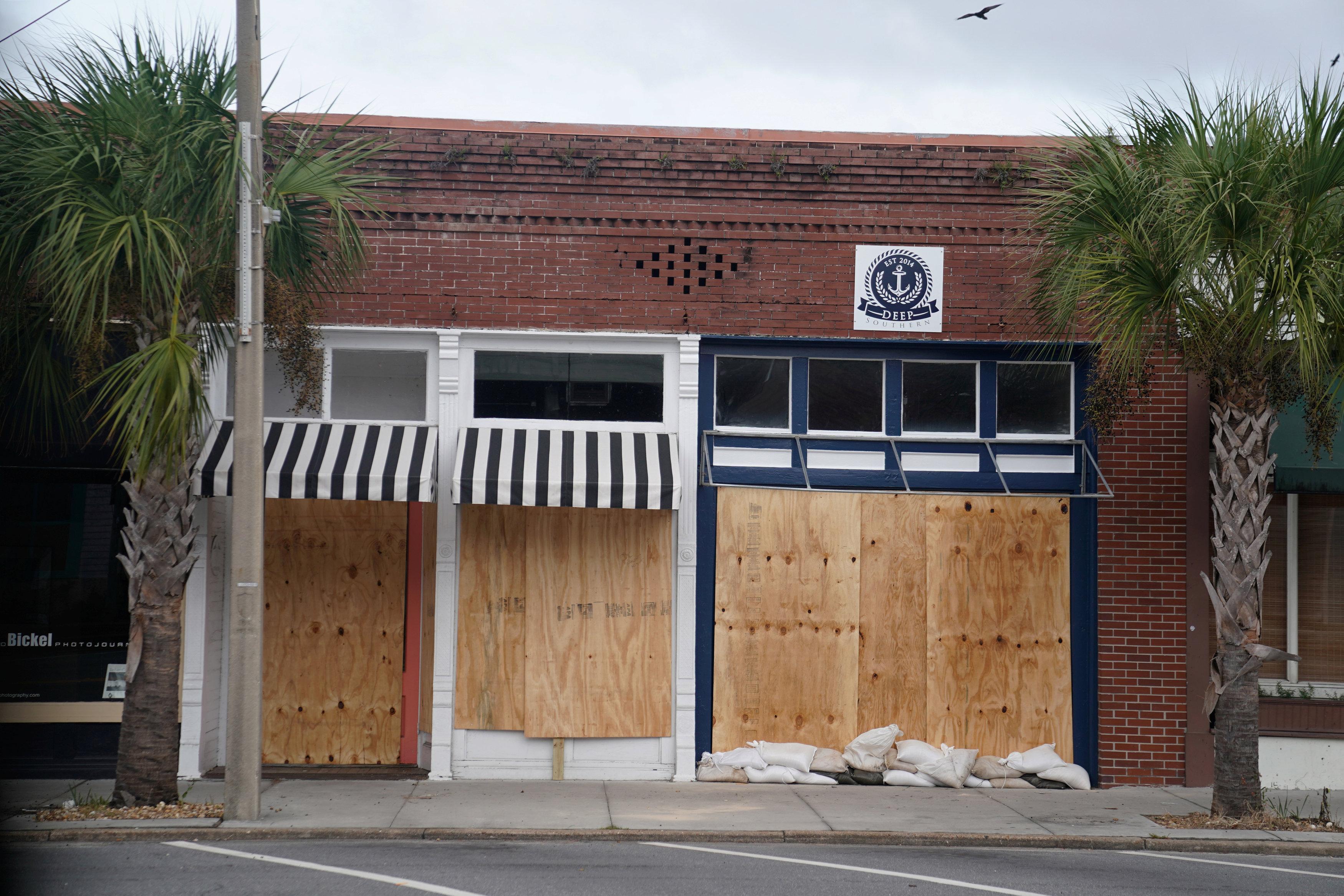 Los negocios quedaron tapiados para protegerse de las ráfagas