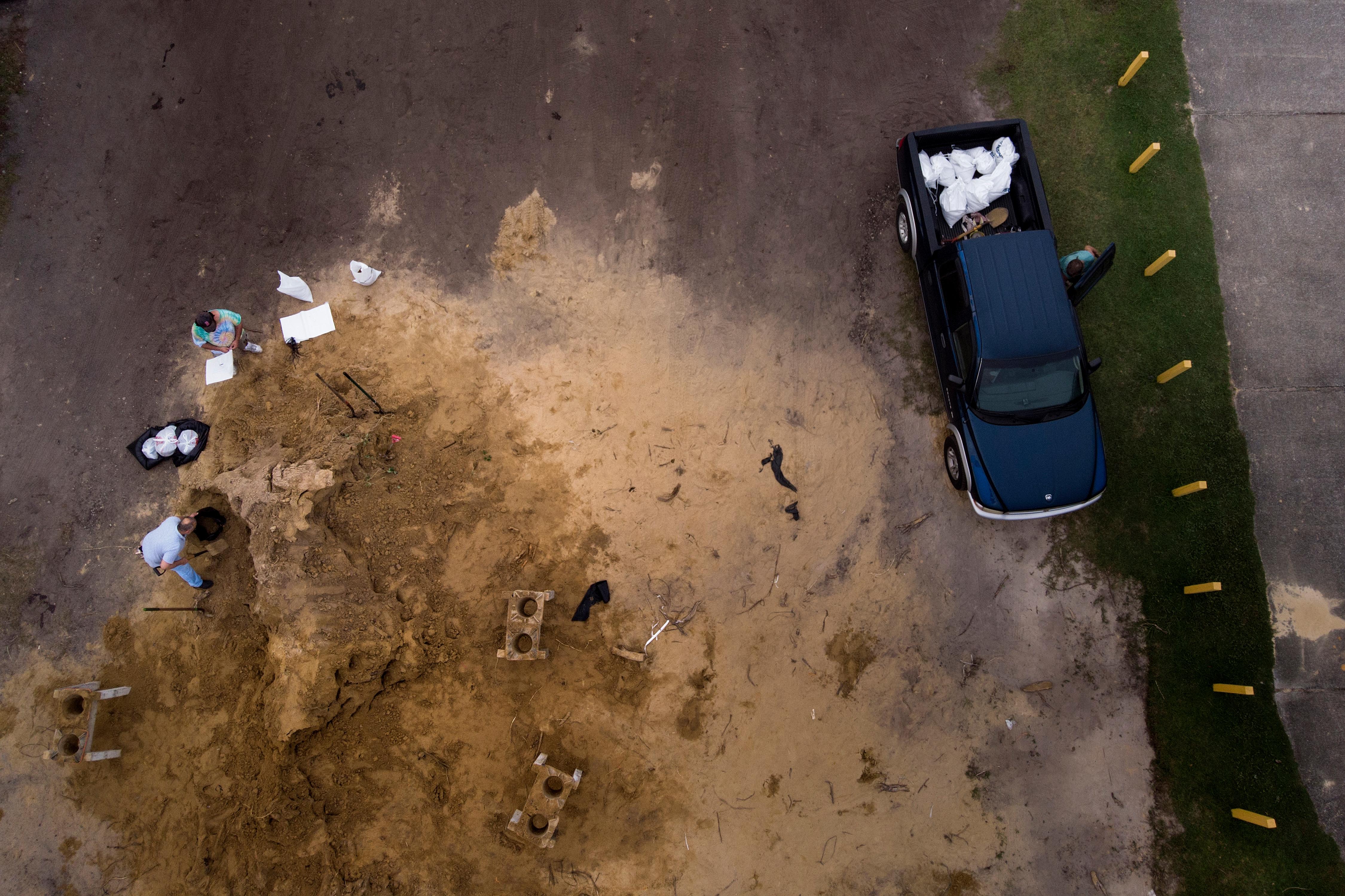 Una vista aérea de residentes llenando bolsas de arena como los preparativos para la llegada de las tormentas