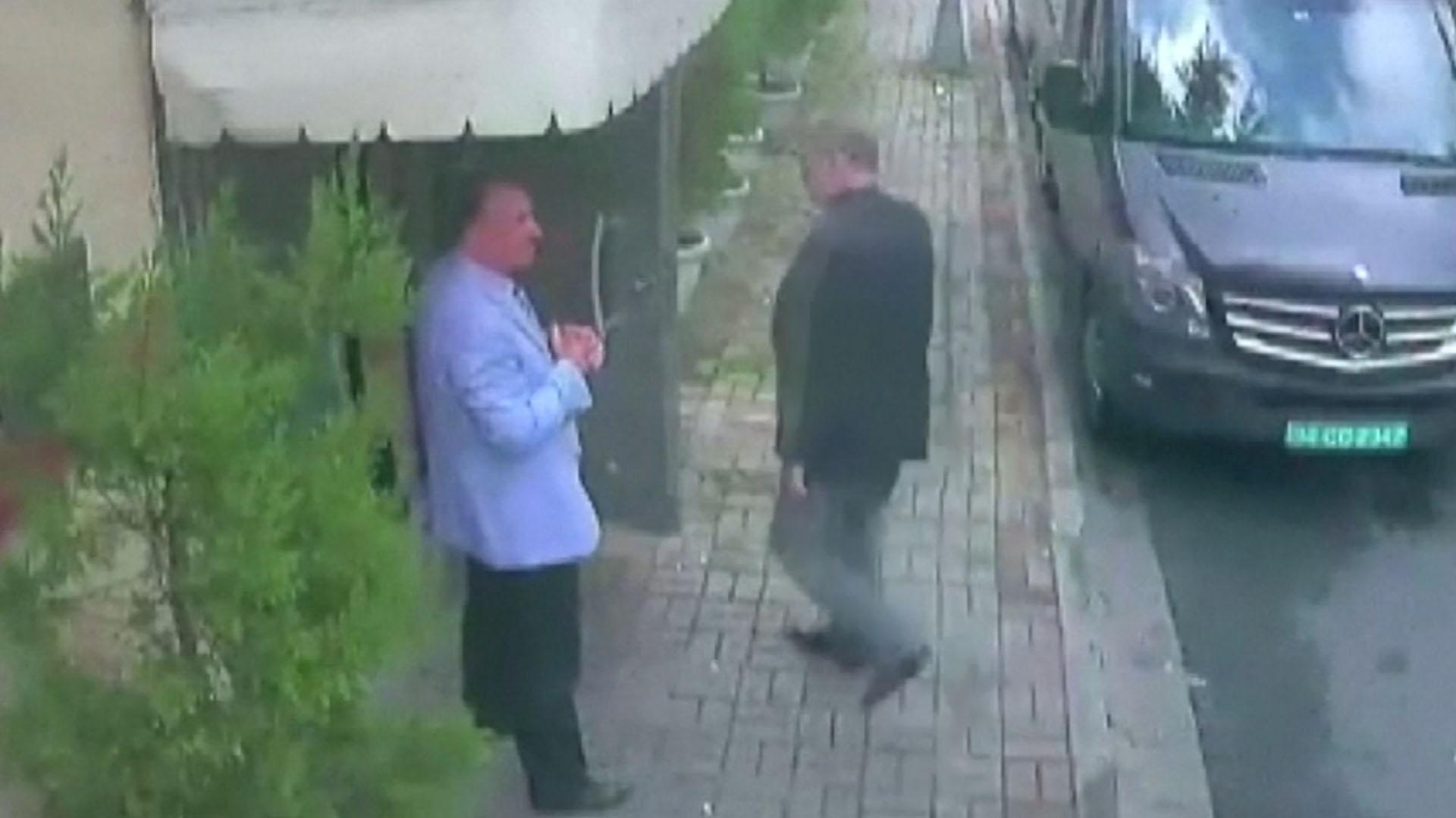 El momento en el que Khashoggi ingresa al consulado saudita en Estambul, el 2 de octubre pasado. Según Turquía un comando secreto del reino lo asesinó y lo desmembró ese mismo día