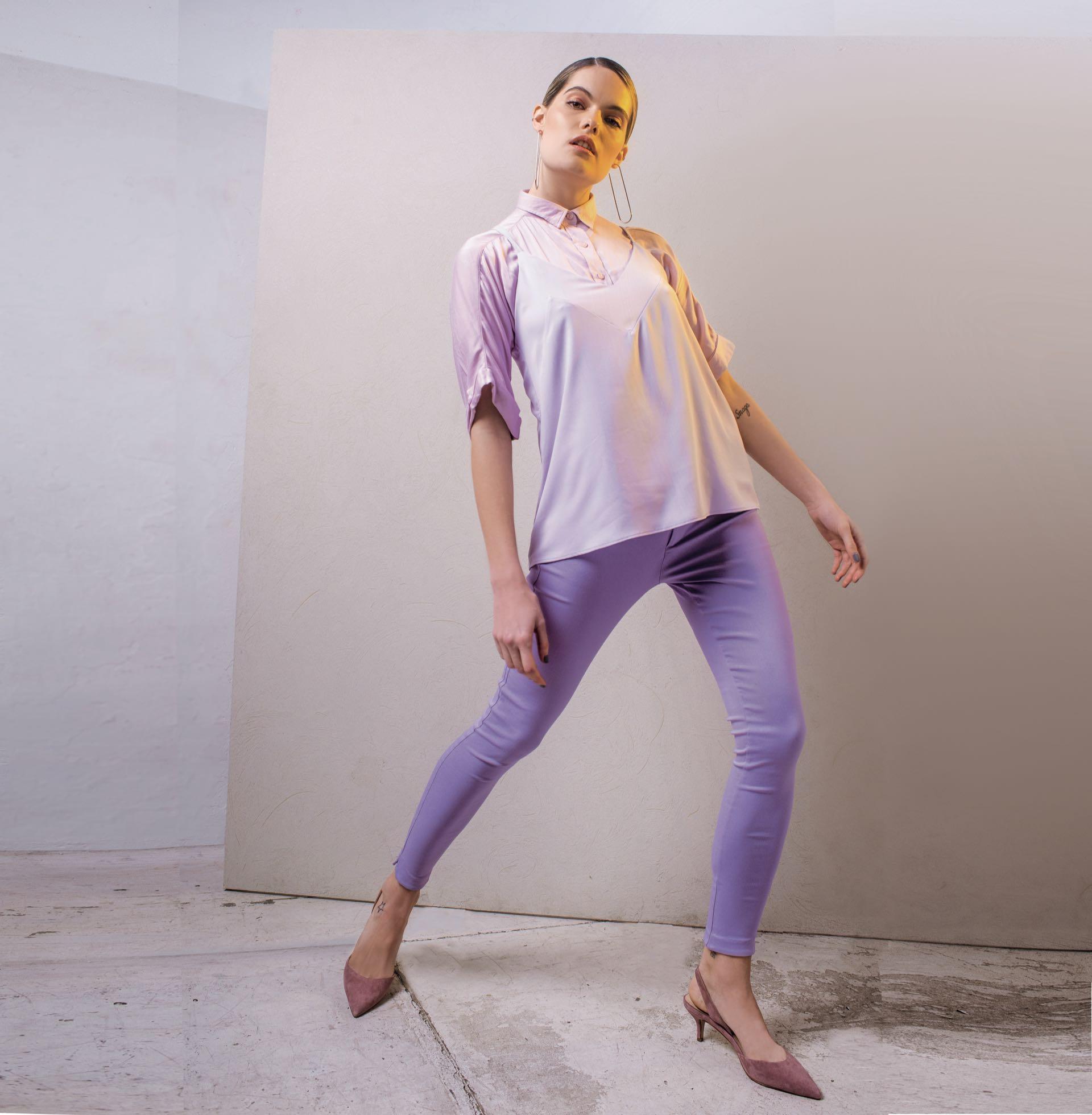 Top con detalle en el escote ($ 1.629, Melocotón), camisa de algodón ($ 790, Kevingston), pantalón sastrero ($ 1.595, Koxis), stilettos de gamuza ($ 2.900, Aldo para Grimoldi) y aros largos ($ 1.890, Las Juanas Night). (Foto: Maia Croizet/ Para Ti)