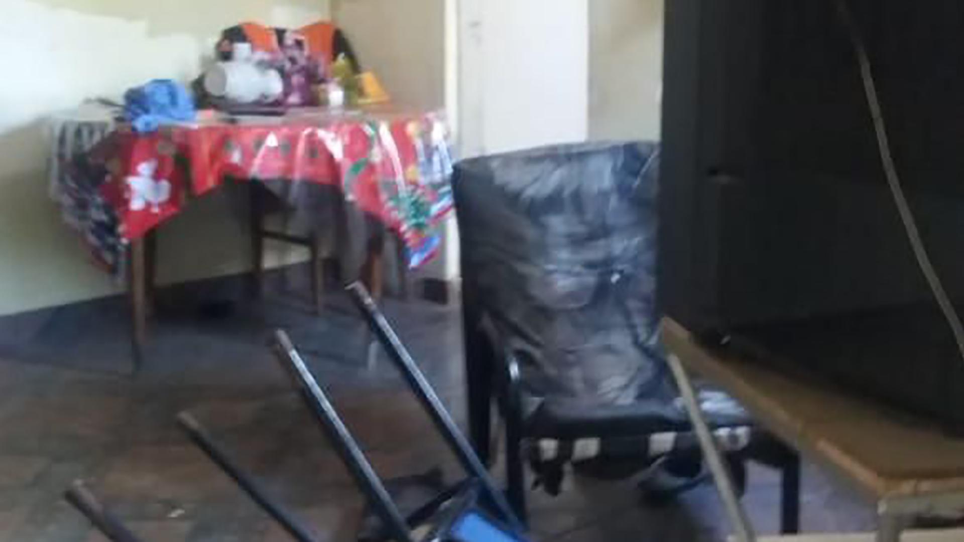 El sillón y la tele en donde ocurrió el crimen en Los Hornos