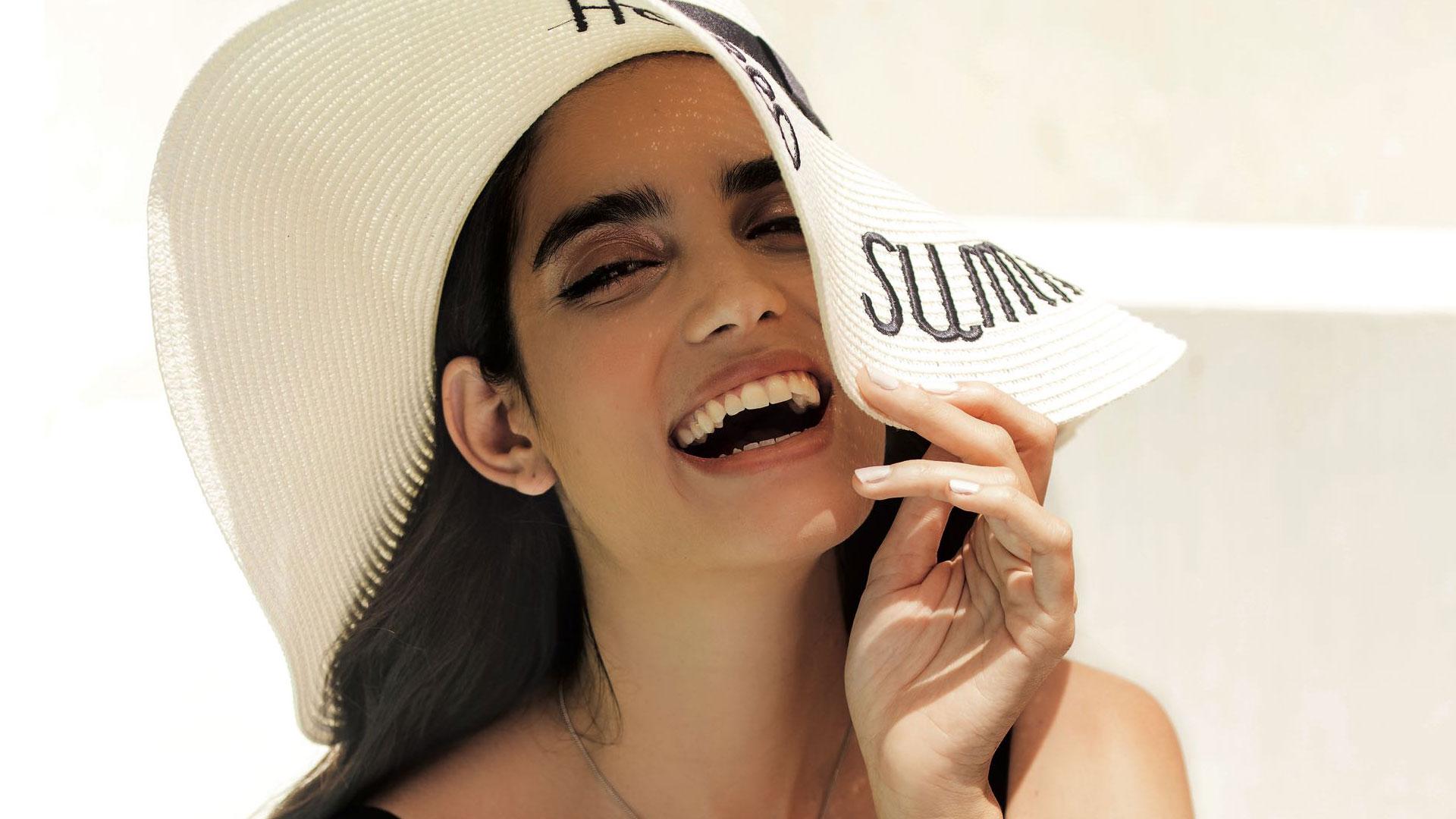 Además del protector solar se pueden reducir la exposición al sol, usar sombreros y ropa de manga larga Foto: Archivo