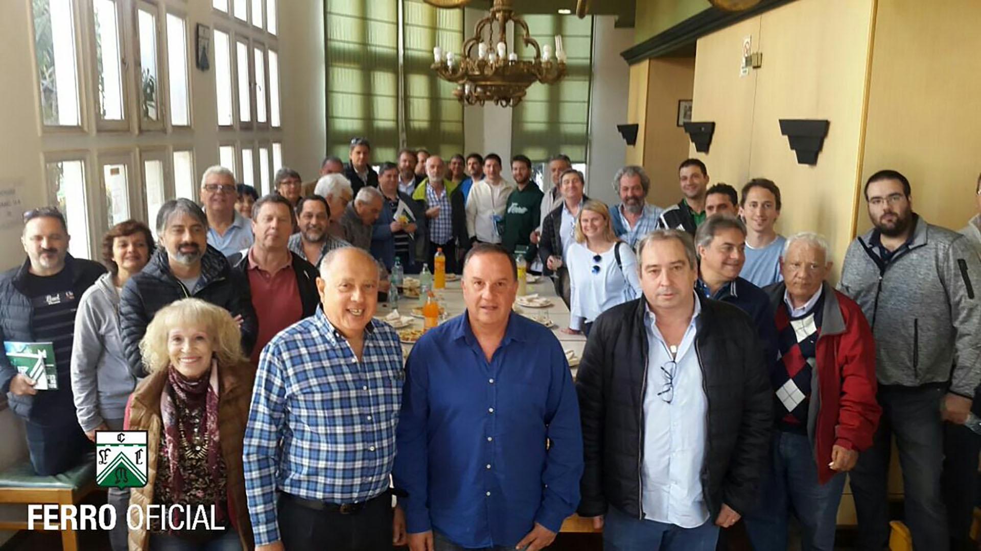 Pandolfi, de camisa azul, en el centro de la foto.