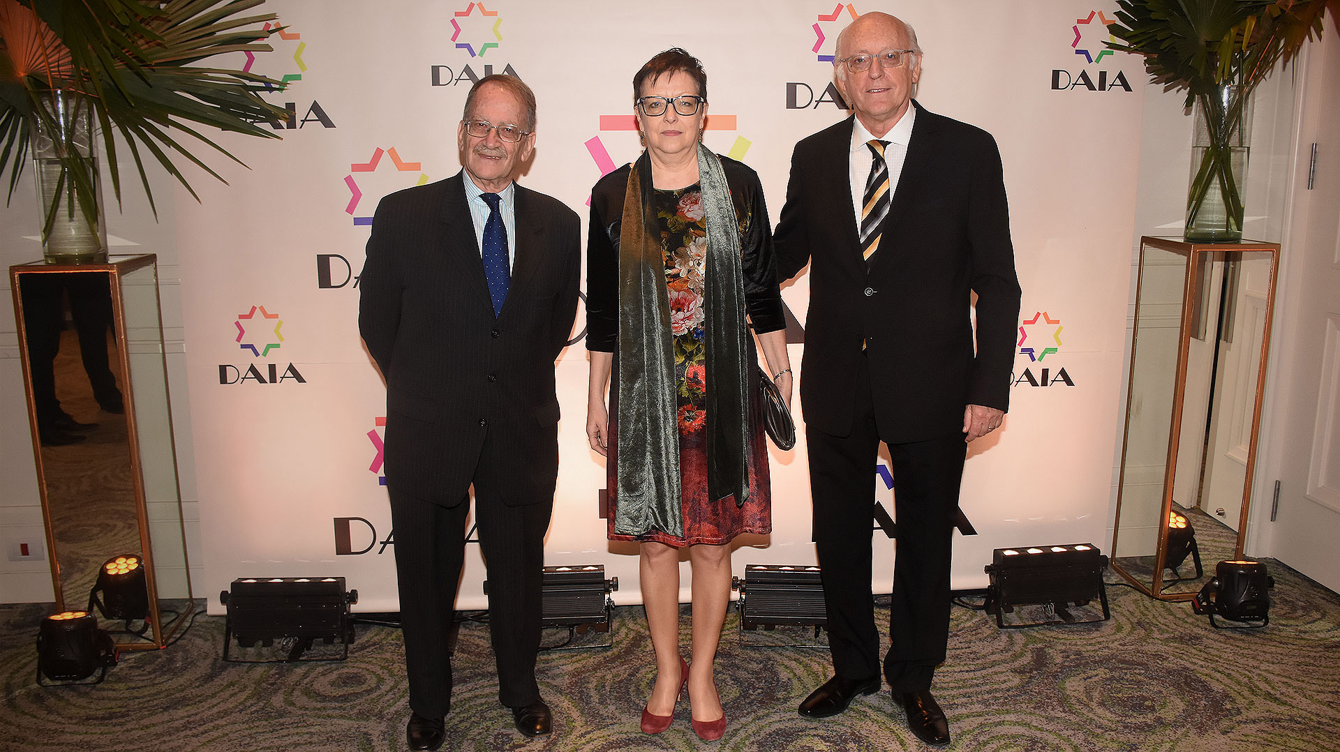 Mario Tannenbaum, secretario general de la DAIA; la embajadora de Rumania, Carmen Podgorean; y Alberto Indij
