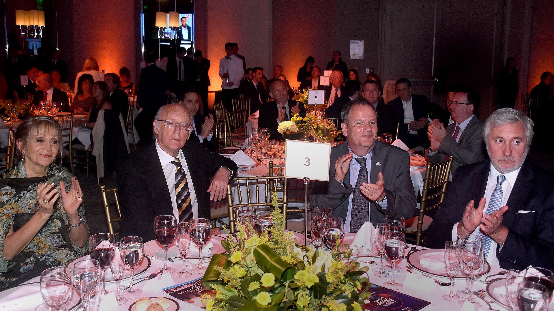 Alberto Indij junto a Ilan Sztulman, embajador de Israel en la Argentina, en la mesa principal