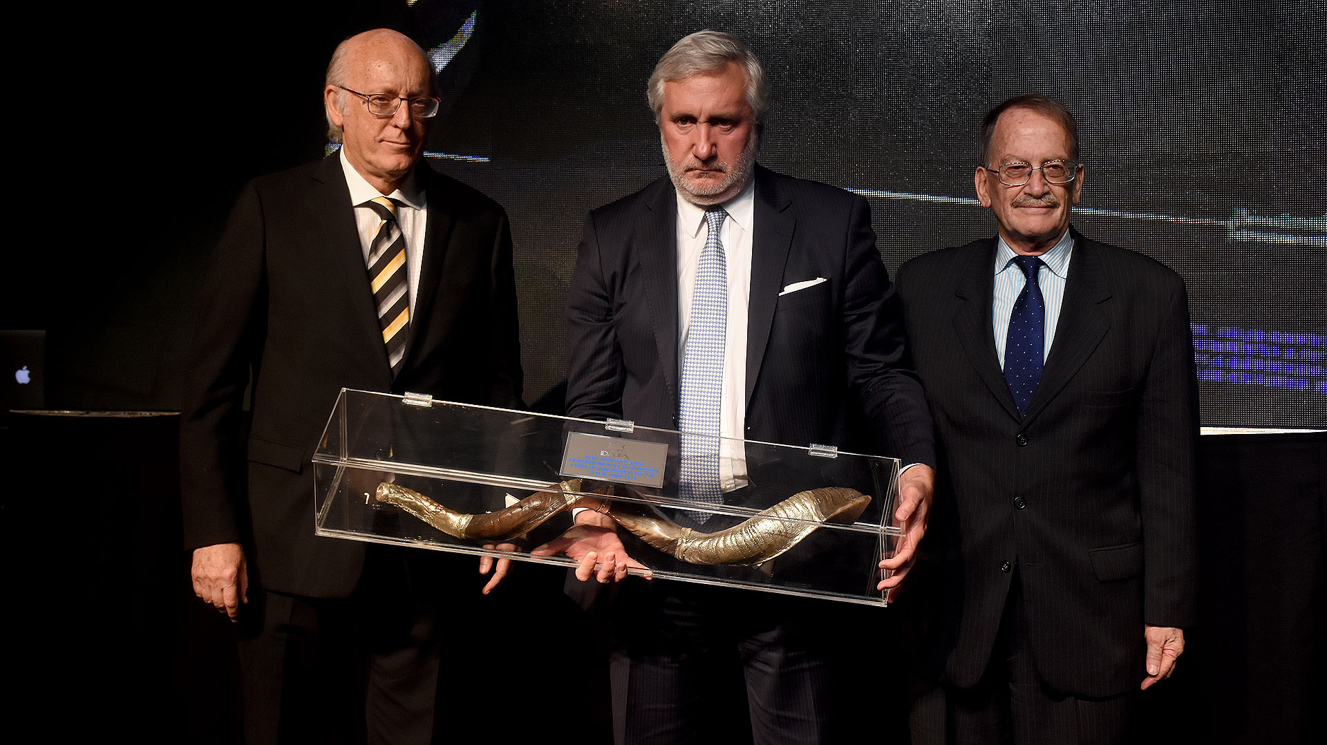 Julio Conte Grand, procurador de la provincia de Buenos Aires, fue distinguido y recibió un shofar de manos del presidente de la DAIA, Alberto Indij, y de su secretario general, Mario Tannenbaum