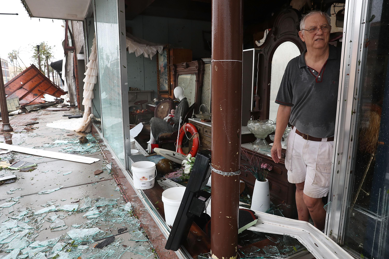Un habitante de Panama City frente a su tienda destruida por el paso del huracán (Joe Raedle/Getty Images/AFP)